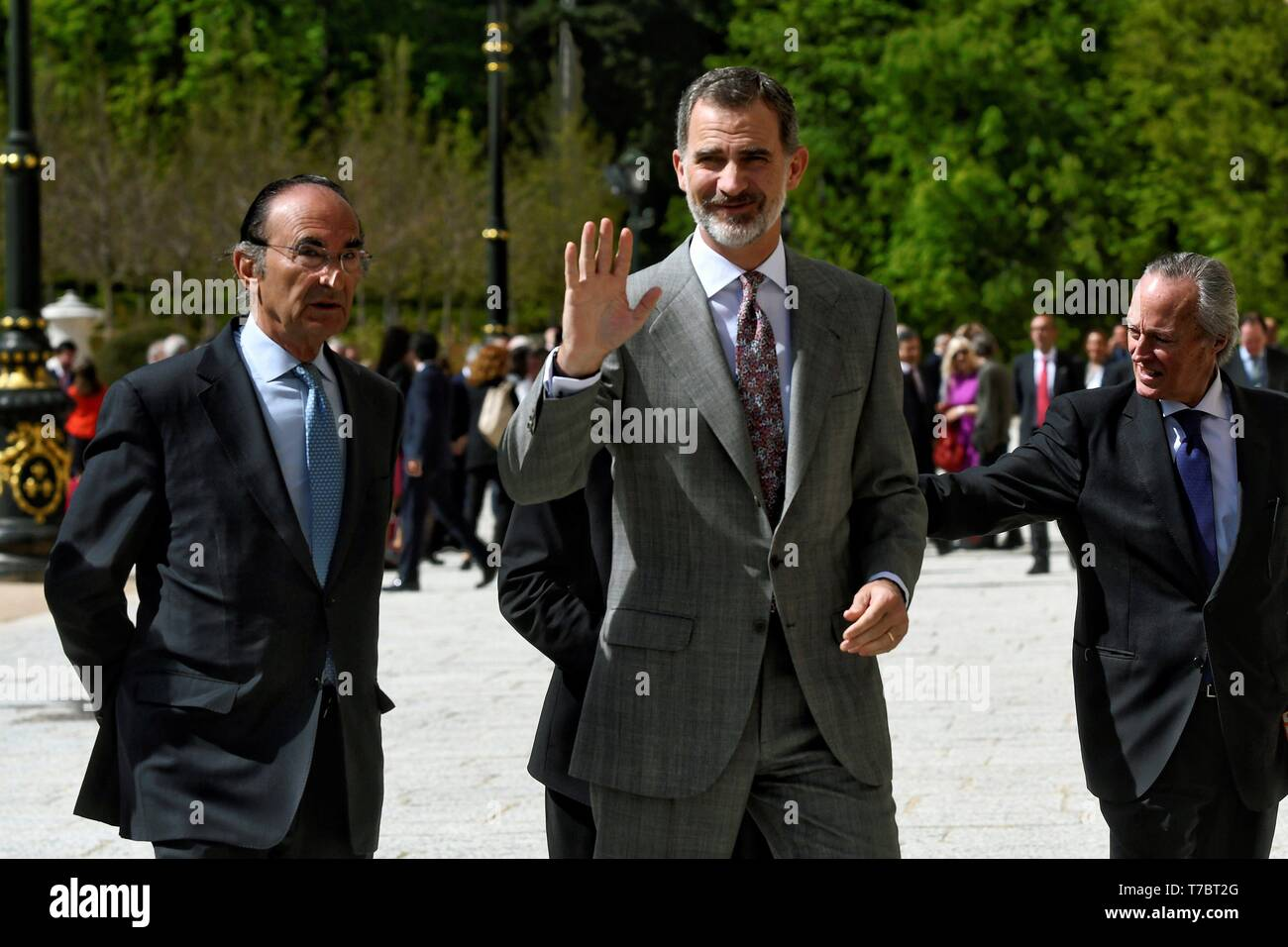 Segovia, Spain. 6th May 2019. King Felipe VI of Spain (C) and President of Elcano Royal Institute, Emilio Lamo de Espinosa (L), arrive to attend the meeting of Elcano's Institute Scientific Council in La Granja de San Ildefonso, Segovia, Spain, 06 May 2019. EFE/ Pablo Martin Credit: EFE News Agency/Alamy Live News - Stock Image