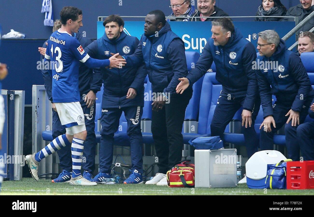 firo: 05.05.2019, Football, 2018/2019, 1.Bundesliga: FC Schalke 04 - FC Augsburg, Sebastian Rudy Replacement with Kreutzer, Gerald Asamoah   usage worldwide - Stock Image