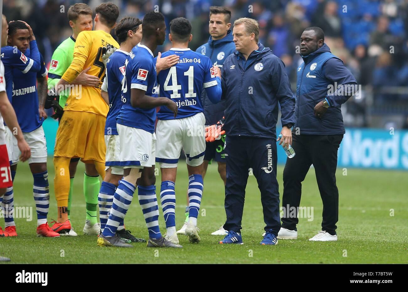 firo: 05.05.2019, Football, 2018/2019, 1.Bundesliga: FC Schalke 04 - FC Augsburg Nassim Boujellab, with Mike Buskens and Gerald Asamoah   usage worldwide - Stock Image