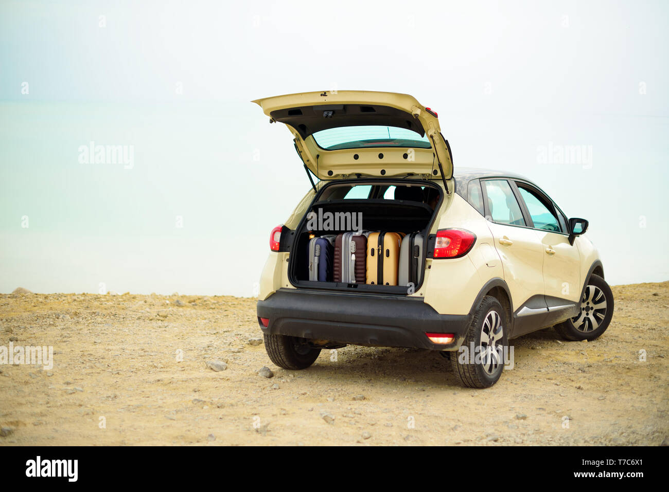 Suitcases and bags in car trunk on the beach. Summer holidays, travel, trip, adventure concept - Stock Image
