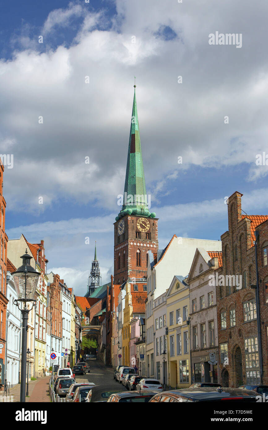 The Brick Gothic Jakobikirche / St. Jakobi church and street with historic houses at Hanseatic town Lübeck, Schleswig-Holstein, Germany - Stock Image