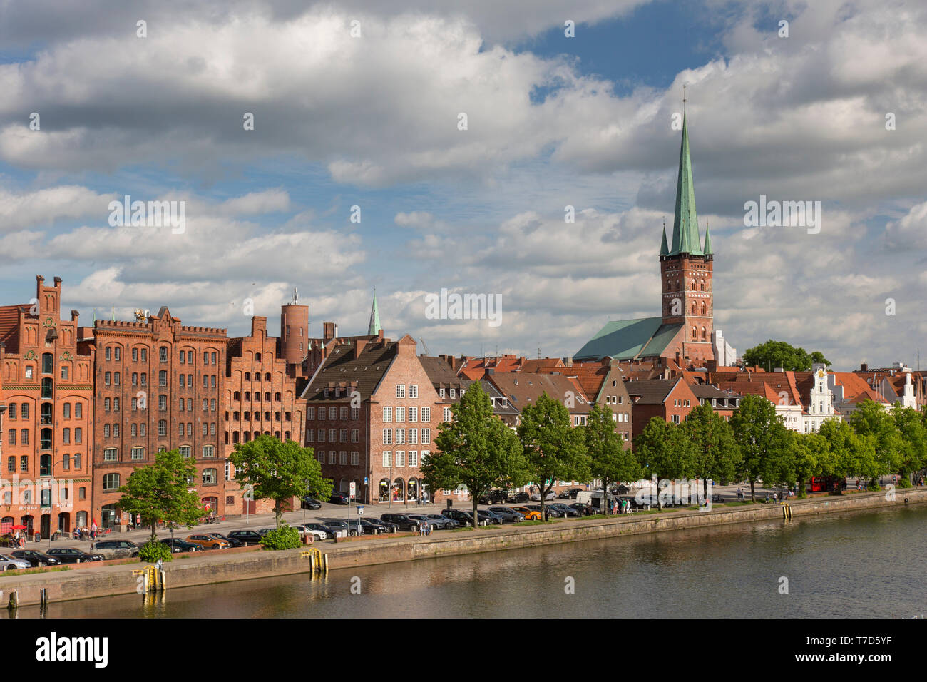 St. Petri Church / Petrikirche and historic houses along the river Trave at Hanseatic town Lübeck, Schleswig-Holstein, Germany - Stock Image