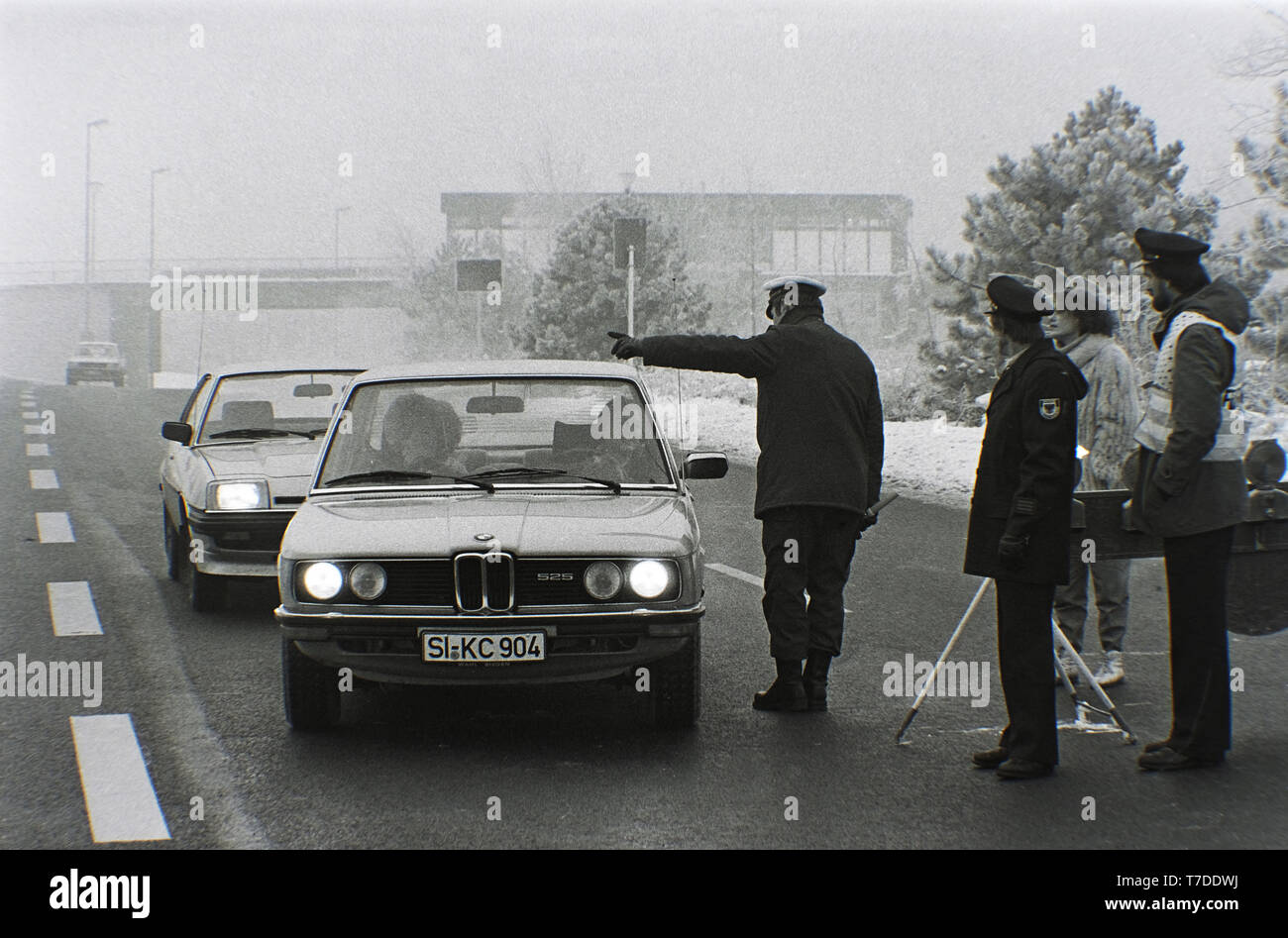 Essen, Germany, January 18th 1985. Smog alarm in the Ruhr area. Car drivers on the B1 in the city of Essen are not allowed to drive into the city. In the Federal Republic of Germany for the first time Smog Alarm Level III is called. Above all, the western Ruhr area is affected. Stage III of the Smog Regulation imposed an absolute ban on driving private cars. ---  Essen, 18. Januar 1985. Smog-Alarm im Ruhrgebiet. Autofarher auf der B1 im Stadtgebiet Essen dürfen nicht in die Stadt fahren. In der Bundesrepublik wird erstmals Smog-Alarm der Stufe III ausgerufen. Betroffen ist vor allem das westli - Stock Image