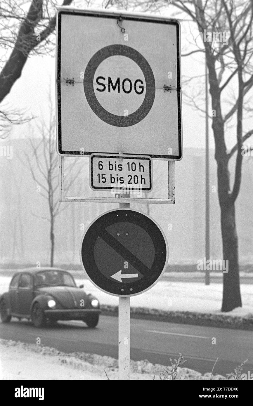 Dortmund, Germany, January 18th 1985. Smog alarm in the Ruhr area. Sign prohibits the exit on the B1 in the city center of Dortmund. In the Federal Republic of Germany for the first time Smog Alarm Level III is called. Above all, the western Ruhr area is affected. Stage III of the Smog Regulation imposed an absolute ban on driving private cars.   ---   Dortmund, 18. Januar 1985. Smog-Alarm im Ruhrgebiet. Schild verbietet die Ausfahrt an der B1 in die Innenstadt von Dortmund. In der Bundesrepublik wird erstmals Smog-Alarm der Stufe III ausgerufen. Betroffen ist vor allem das westliche Ruhrgebie - Stock Image