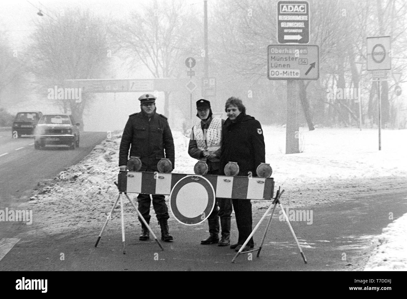Dortmund, January 18, 1985. Smog alarm in the Ruhr area. Roadblock prohibits the exit on the B1 in the city center of Dortmund. In the Federal Republic of Germany  for the first time Smog Alarm Level III is called. Above all, the western Ruhr area is affected. Stage III of the Smog Regulation imposed an absolute ban on driving private cars.  ---   Dortmund, 18. Januar 1985. Smog-Alarm im Ruhrgebiet. Schild verbietet die Ausfahrt an der B1 in die Innenstadt von Dortmund. In der Bundesrepublik wird erstmals Smog-Alarm der Stufe III ausgerufen. Betroffen ist vor allem das westliche Ruhrgebiet. Mi Stock Photo