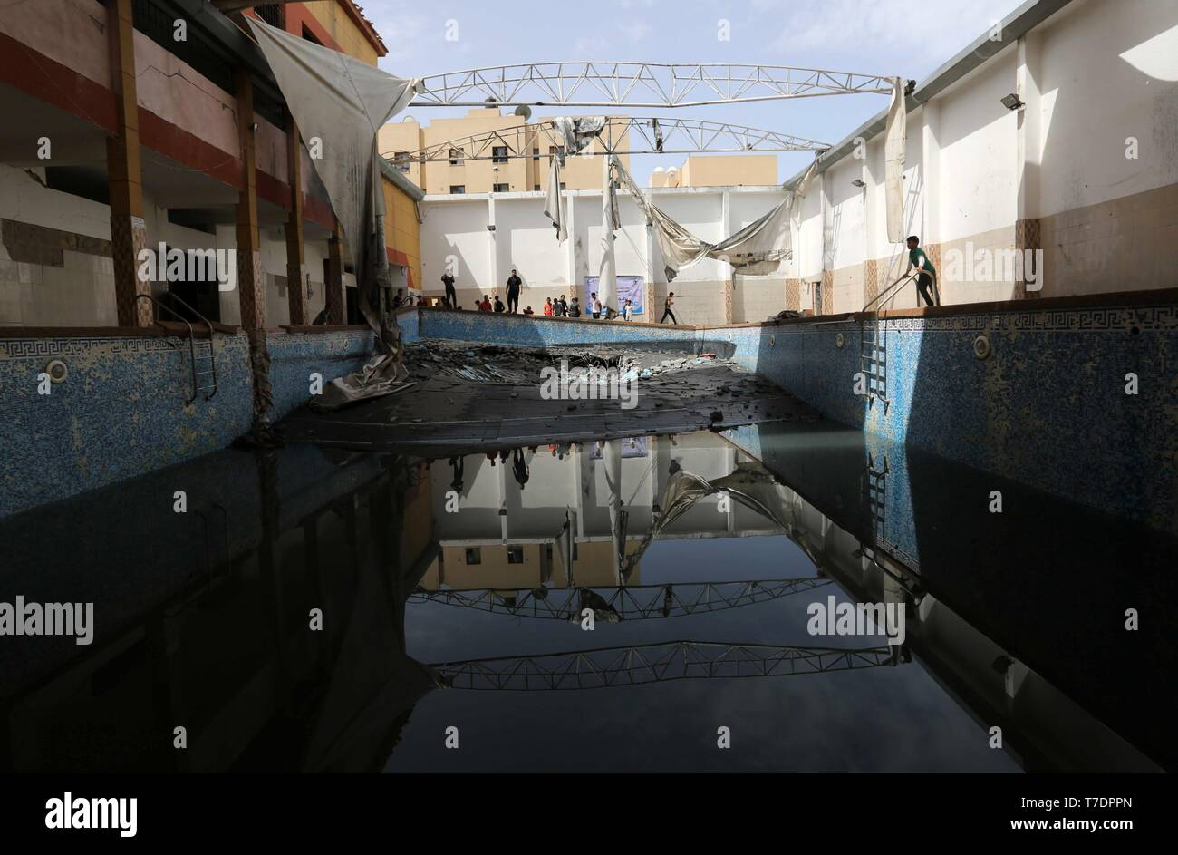 Beit Lahia, Gaza Strip, Palestinian Territory. 6th May, 2019. Palestinians inspect a swimming pool following an Israeli airstrike, in Beit Lahia in the northern Gaza Strip on May 6, 2019. The Israeli attack on the Gaza Strip left 25 Palestinians dead and at least 154 injured, after Israel and Hamas reached a ceasefire agreement on early morning hours, mediated by Egypt Credit: Ashraf Amra/APA Images/ZUMA Wire/Alamy Live News - Stock Image