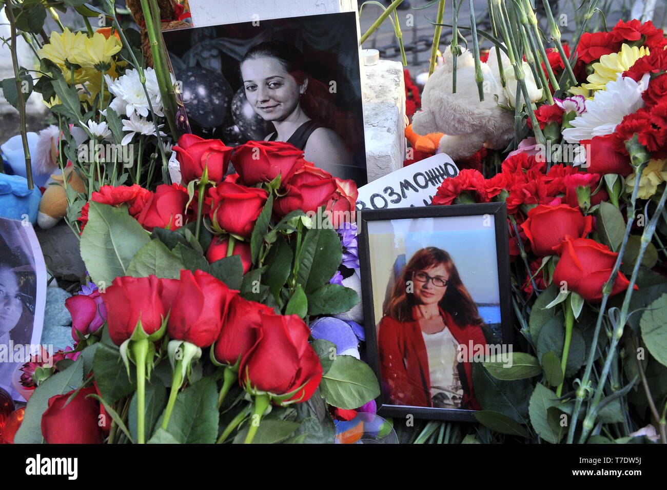 MURMANSK, RUSSIA - MAY 6, 2019: Flowers at a monument to the intervention victims in memory of the victims of an aircraft accident at Moscow's Sheremetyevo Airport. An Aeroflot Sukhoi Superjet-100 (SSJ100) passenger aircraft (registration RA-89098) left Sheremetyevo for Murmansk on May 5 at around 6pm Moscow time, returned and made an emergency landing at around 6.40pm due to a fire aboard; the crash landing and the fire have resulted in multiple casualties. Lev Fedoseyev/TASS - Stock Image