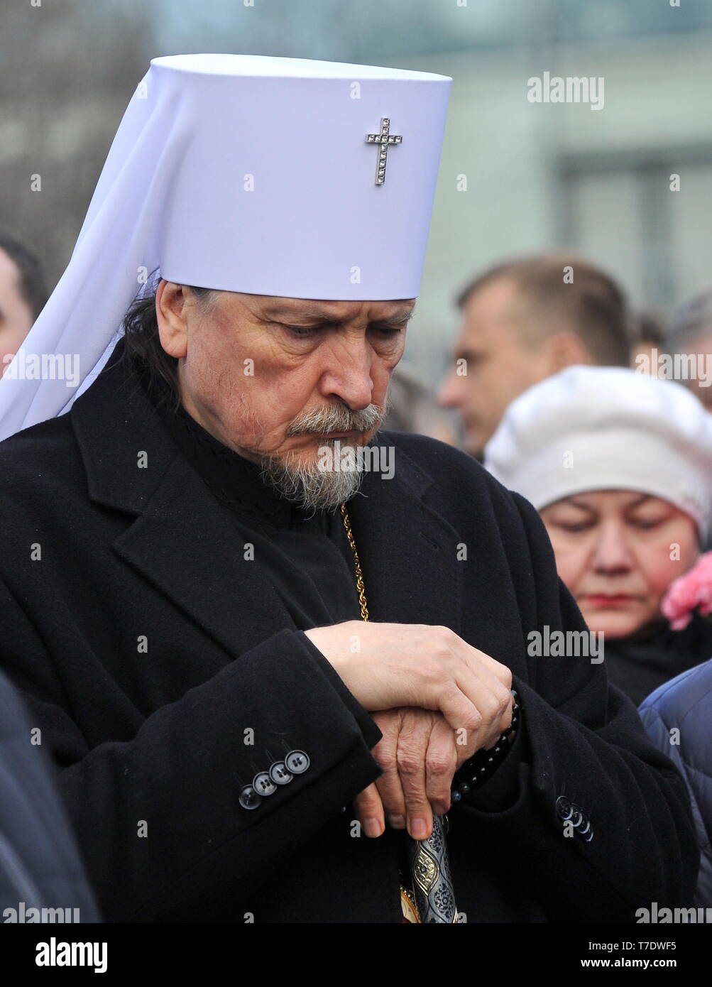 MURMANSK, RUSSIA - MAY 6, 2019: Metropolitan Mitrofan of Murmansk and Monchegorsk lays flowers at a monument to the intervention victims in memory of the victims of an aircraft accident at Moscow's Sheremetyevo Airport. An Aeroflot Sukhoi Superjet-100 (SSJ100) passenger aircraft (registration RA-89098) left Sheremetyevo for Murmansk on May 5 at around 6pm Moscow time, returned and made an emergency landing at around 6.40pm due to a fire aboard; the crash landing and the fire have resulted in multiple casualties. Lev Fedoseyev/TASS - Stock Image
