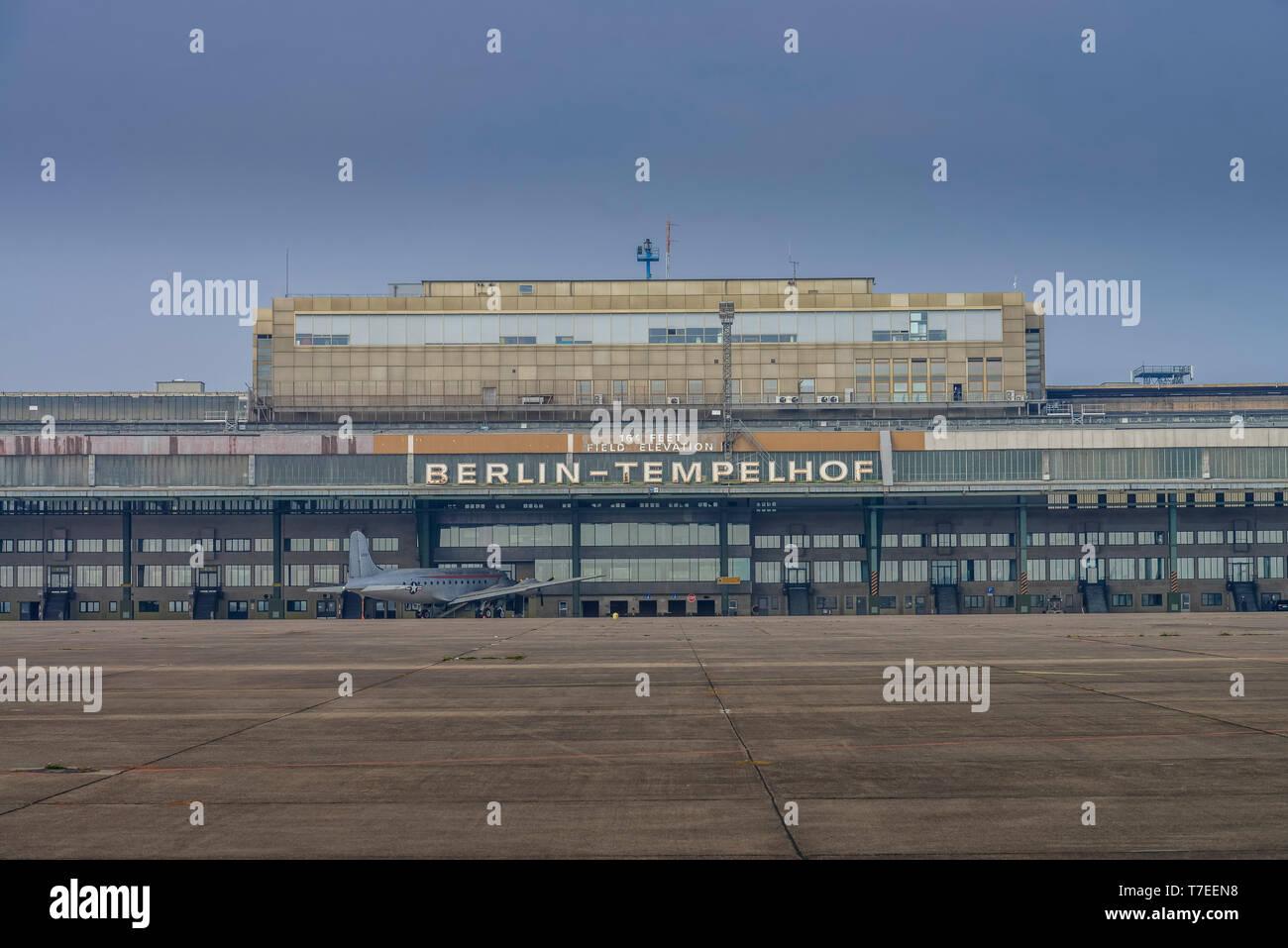 Hangar, Flughafen Tempelhof, Berlin, Deutschland - Stock Image