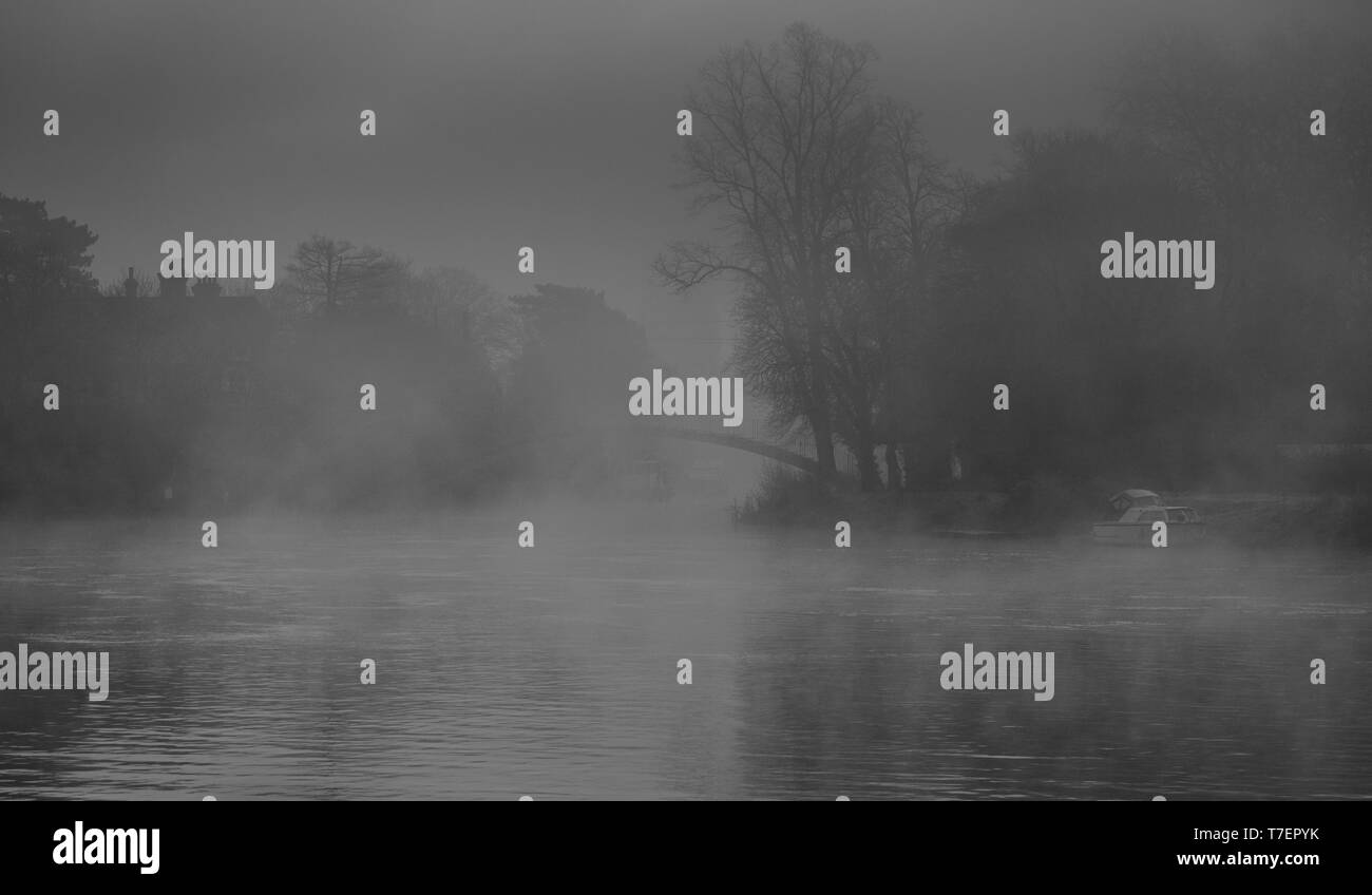 Foggy Autumn morning on the River Thames at Shepperton Lock - Stock Image
