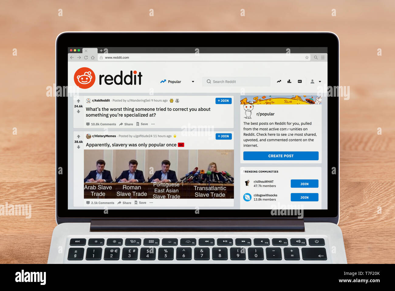 An Apple Macbook displays the Reddit website (Editorial use only). - Stock Image