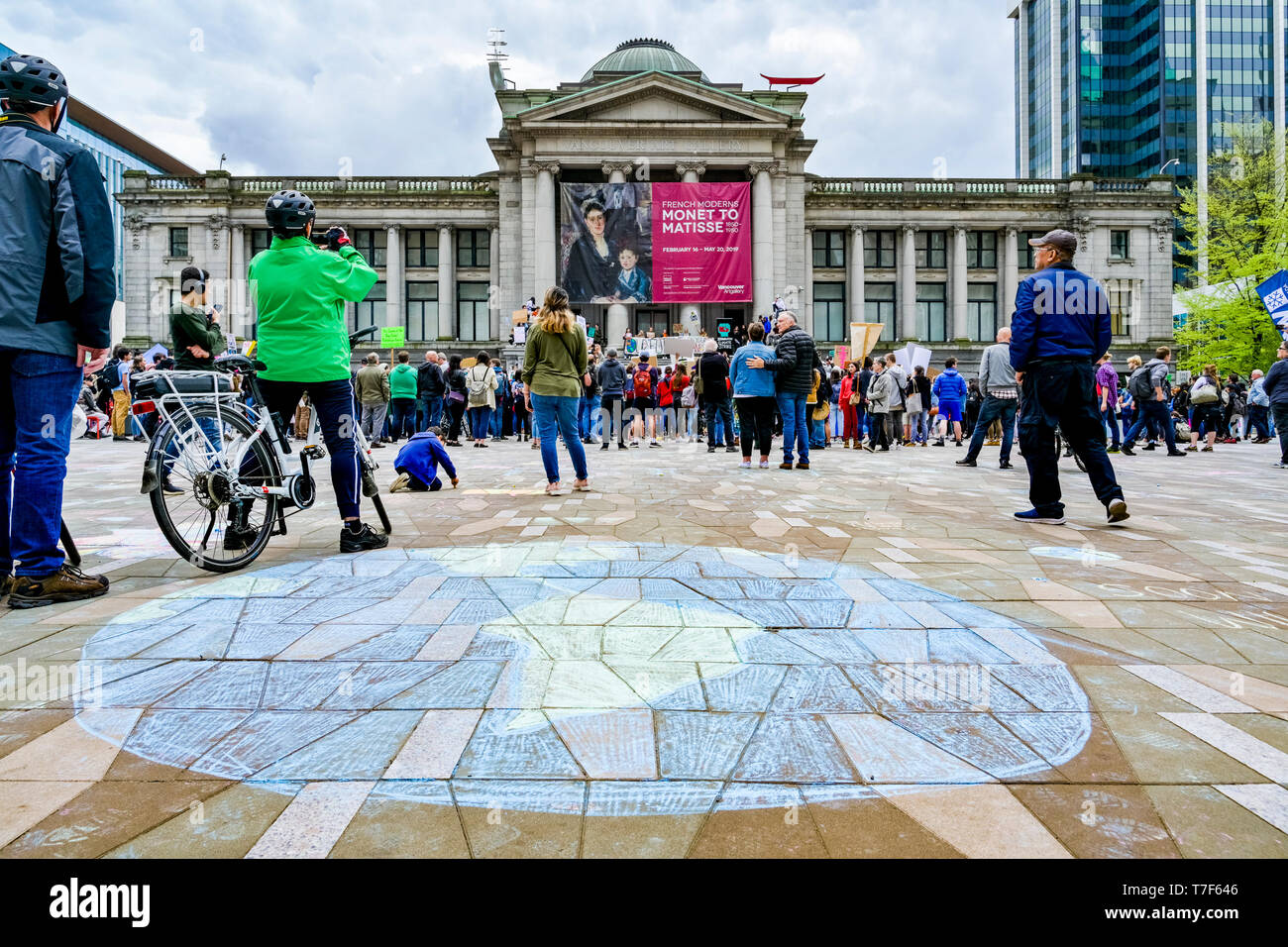 Sustainabiliteens Climate Strike.  Students skip school and protest lack of action on climate change, Vancouver Art Gallery, Vancouver, British Columb Stock Photo