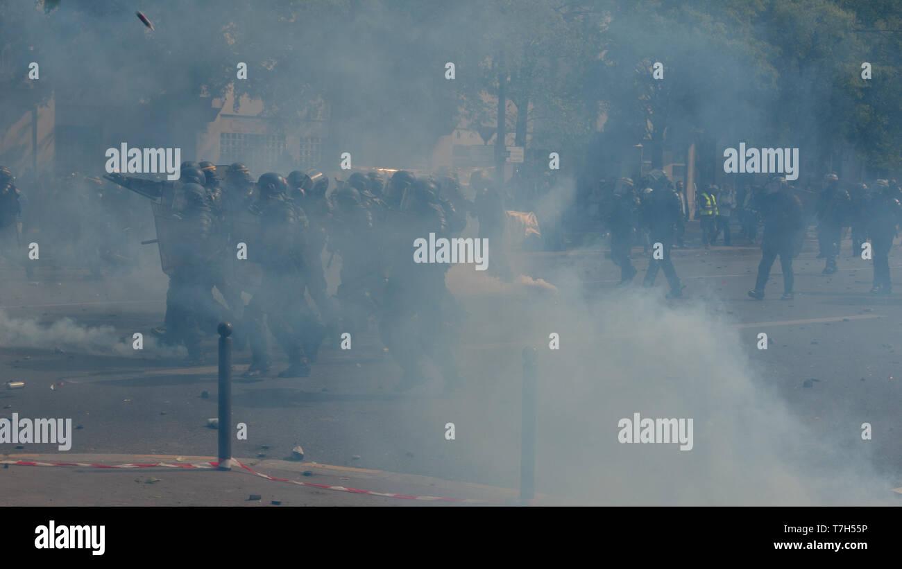 Policiers qui avance dans des nuages de gaz lacrymogène, Paris 1er Mai 2019 - Stock Image