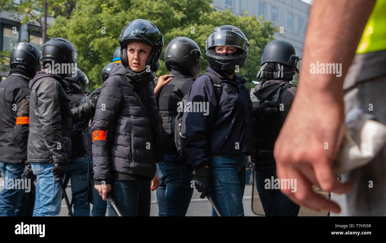 Policières le regard attentif, Paris 1er Mai 2019 - Stock Image