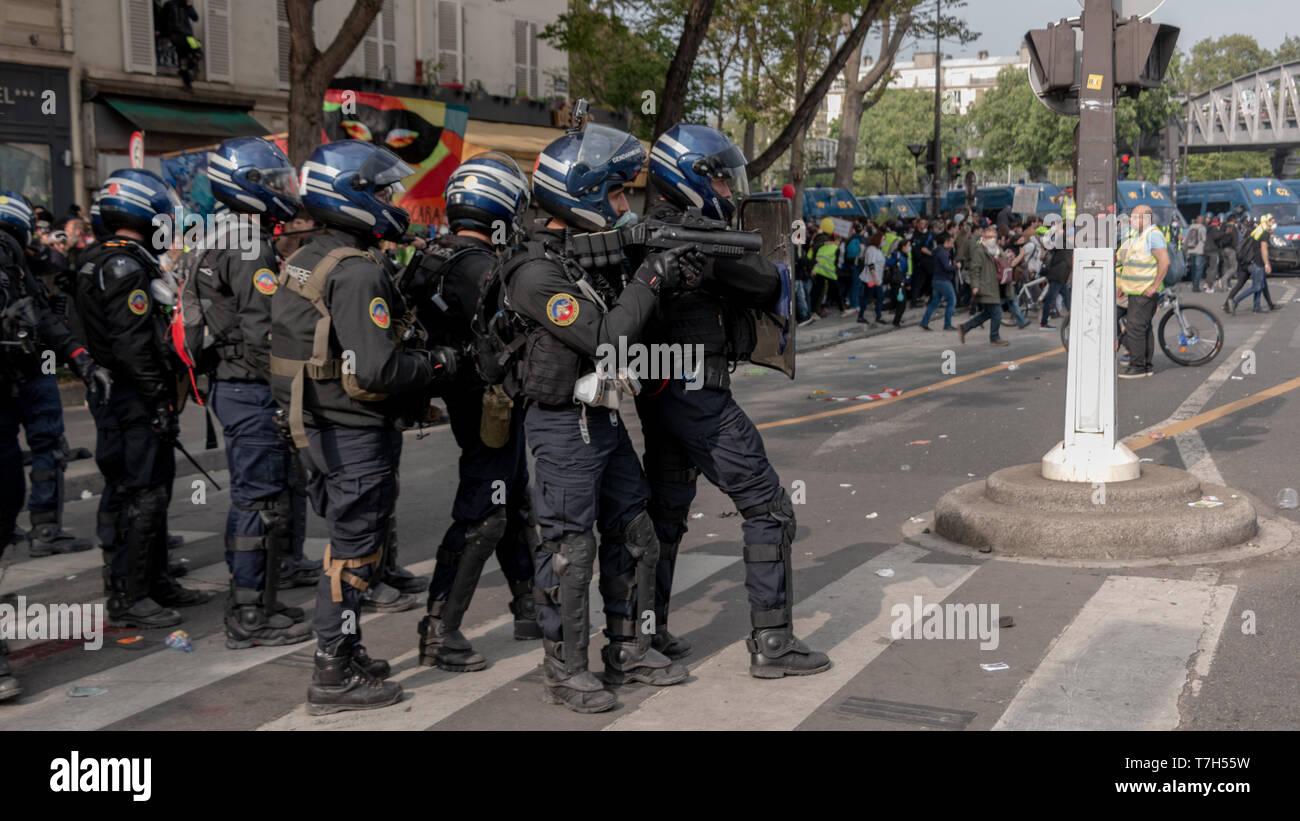 Policiers près à tirer au LBD, Paris 1er Mai 2019 - Stock Image
