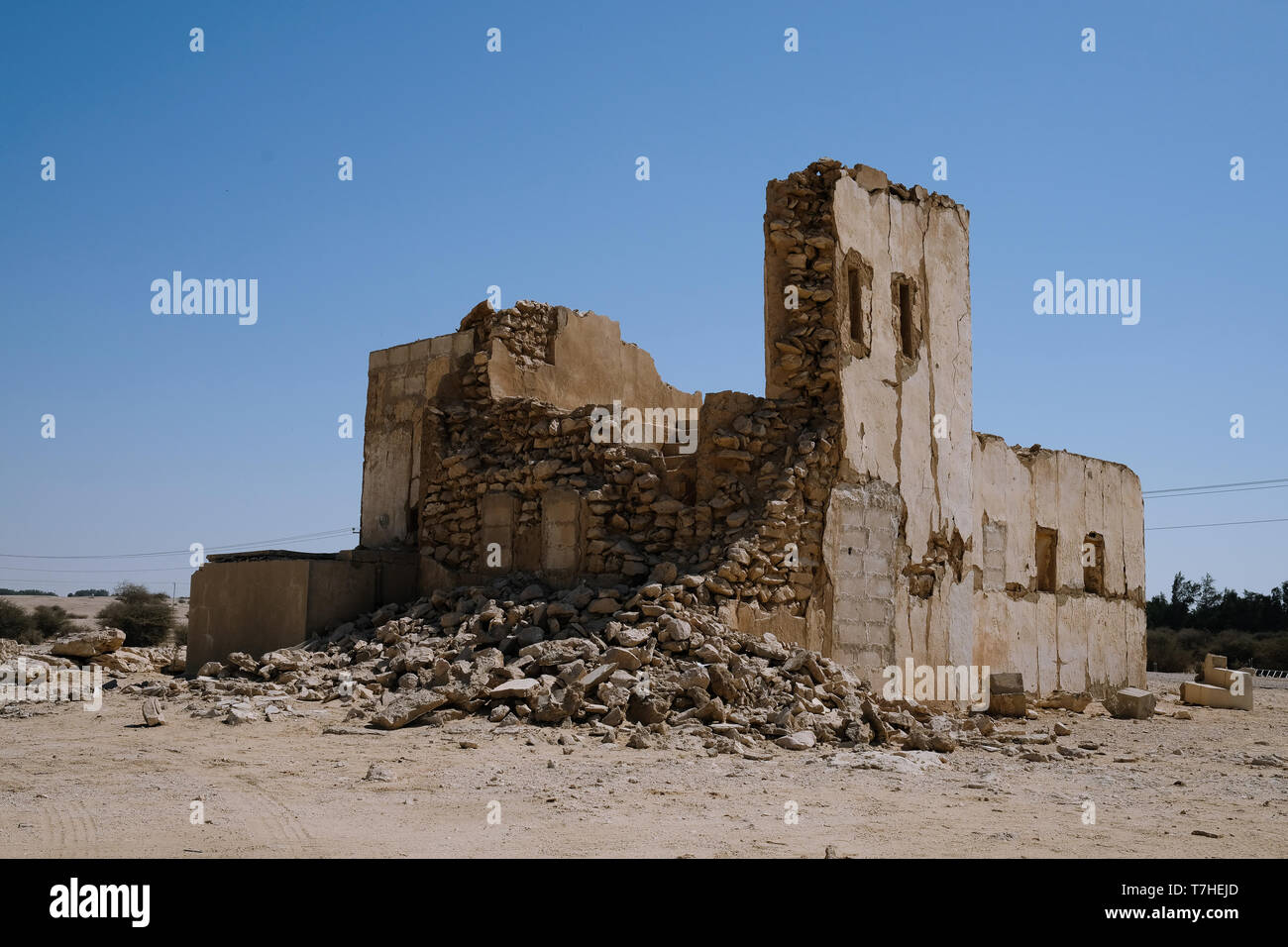 Ruins of an old building on an unmarked road near the Dahl Al Misfir caves in Qatar. - Stock Image