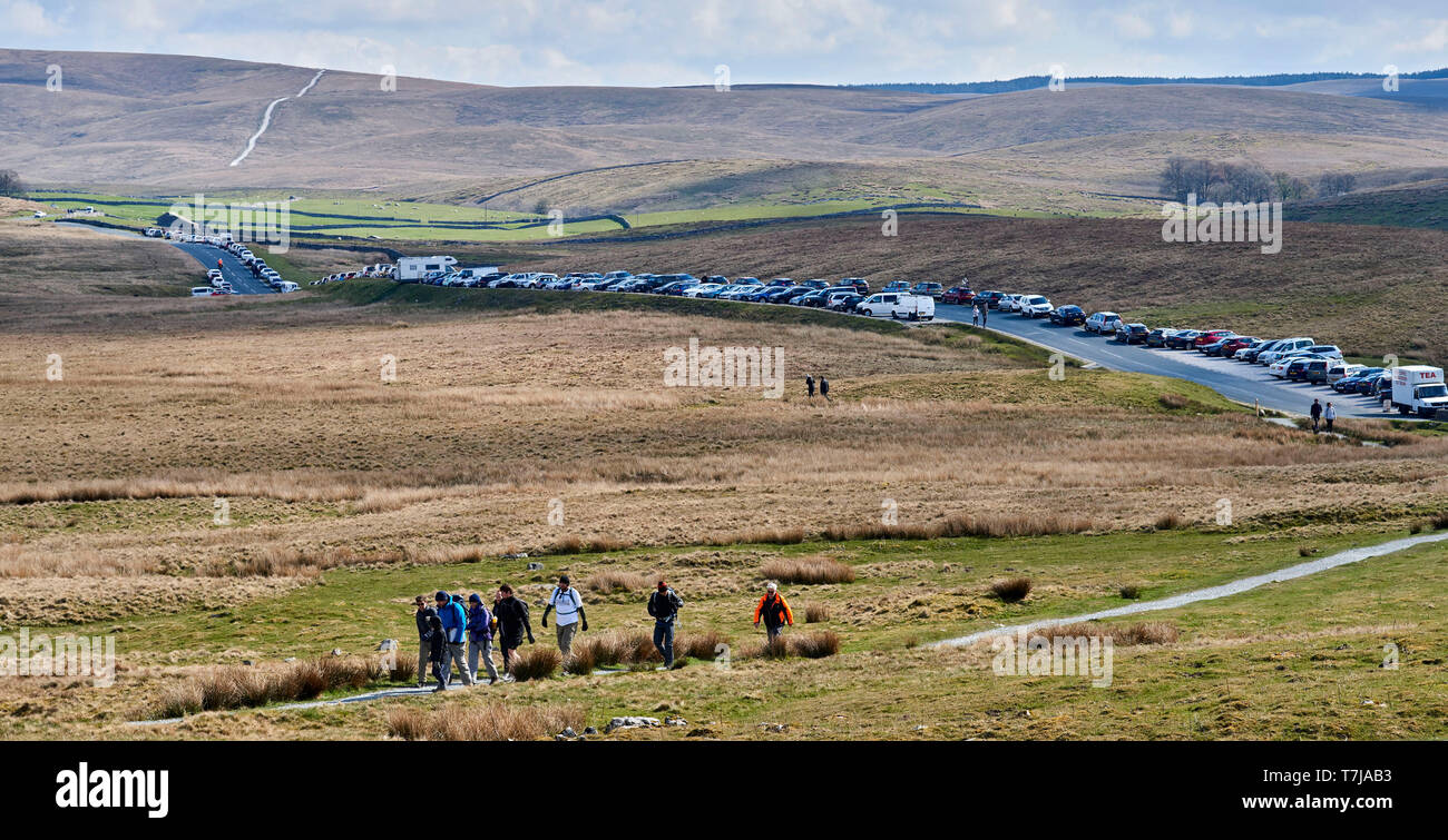 Walkers and their cars, Ribblehead, North Yorkshire, northern England, UK - Stock Image