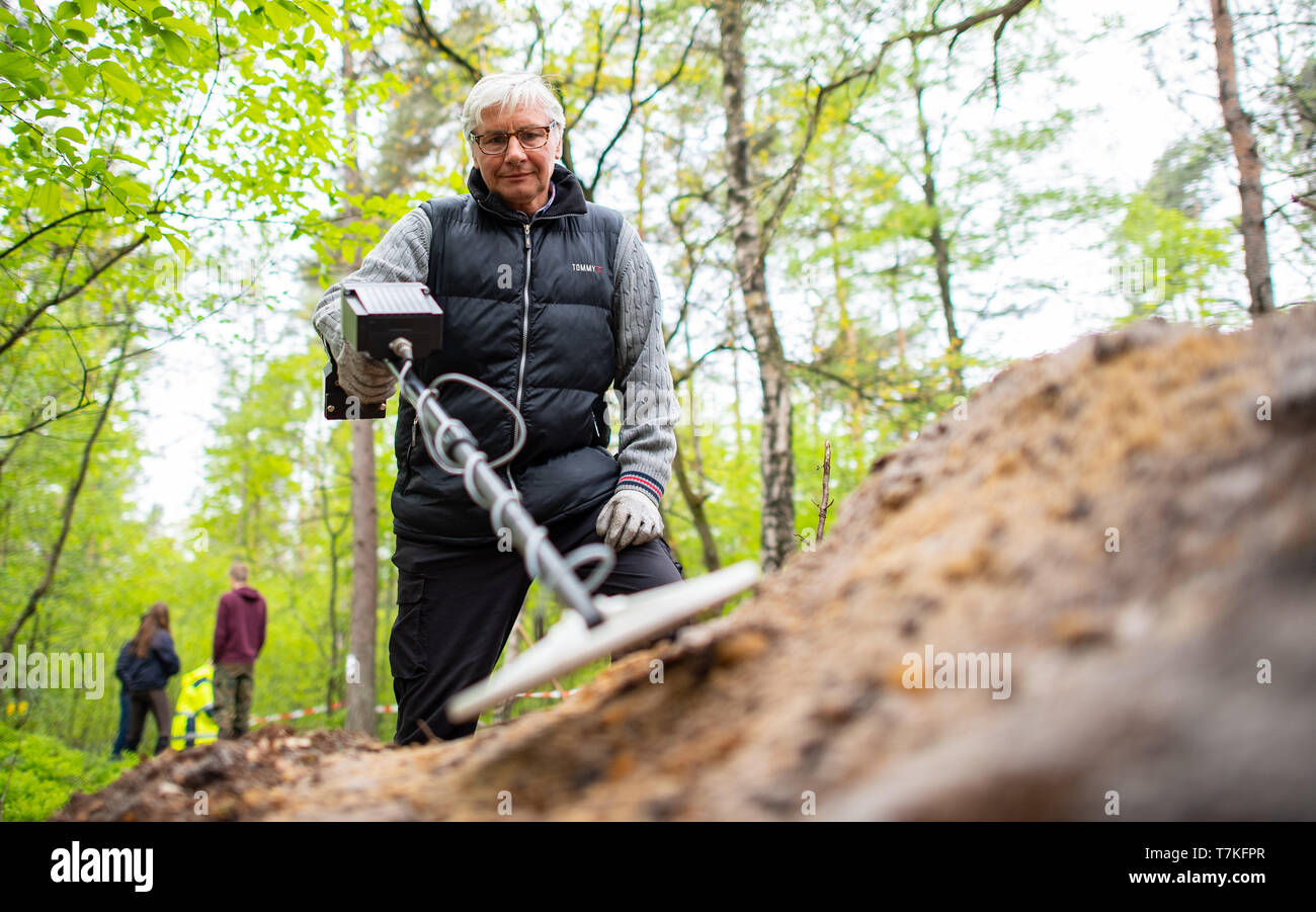 Bielefeld, Germany. 08th May, 2019. Detlev Jaszczurok, excavation technician of the LWL in Münster, Germany, investigates a mound with a metal detector. Archaeologists of the Landschaftsverband Westfalen-Lippe (LWL) have uncovered the remains of a 2000 year old Roman marsh marsher in the district of Sennestadt. Credit: Guido Kirchner/dpa/Alamy Live News Stock Photo