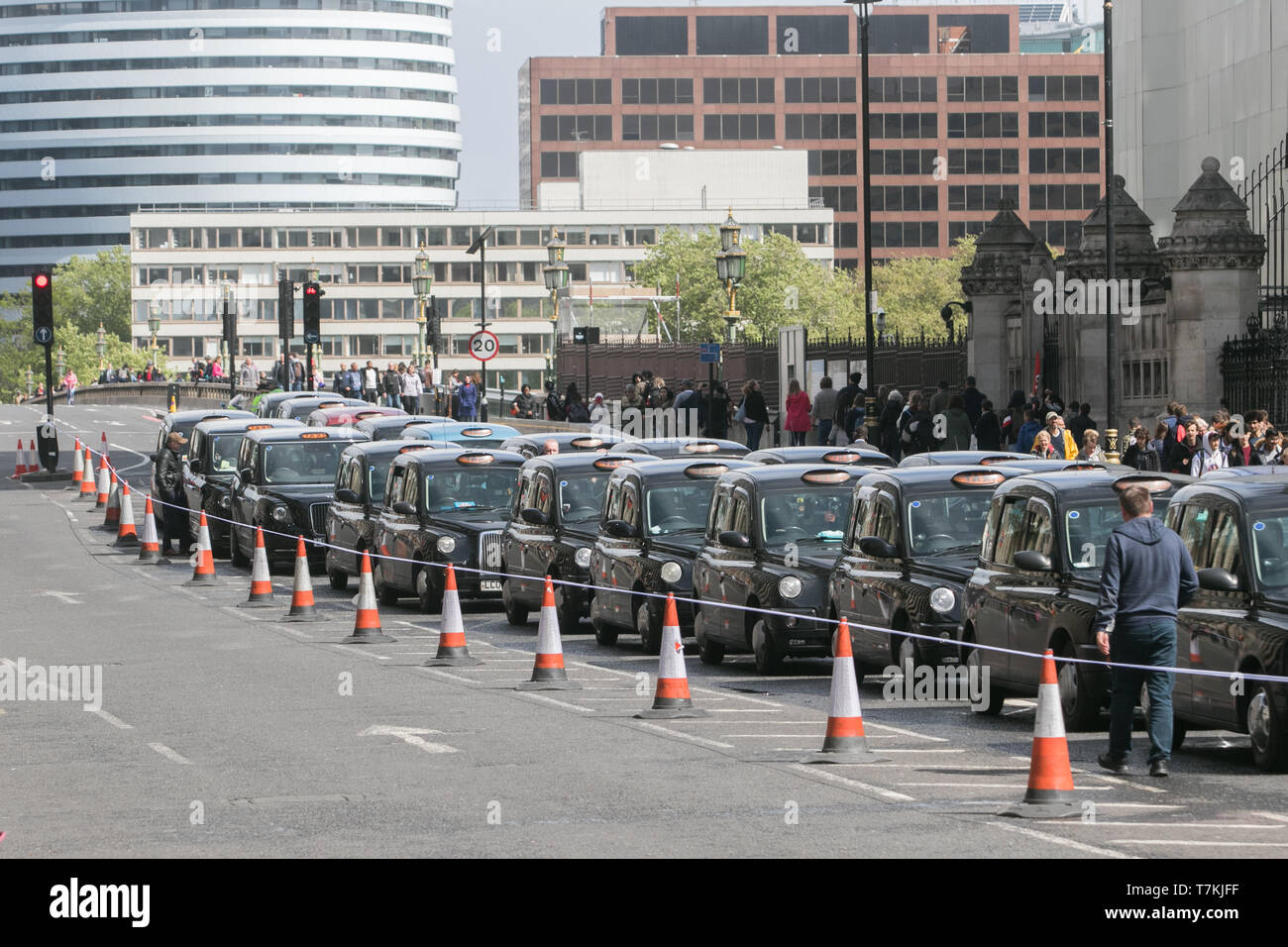 London, UK. 8th May, 2019. Black cab drivers stage a protest in Westminster blocking access to Parliament Square to protest against the congestion charge imposed by London TFL by banning them from parts of London  in order to improve air quality and cut  pollution Credit: amer ghazzal/Alamy Live News - Stock Image