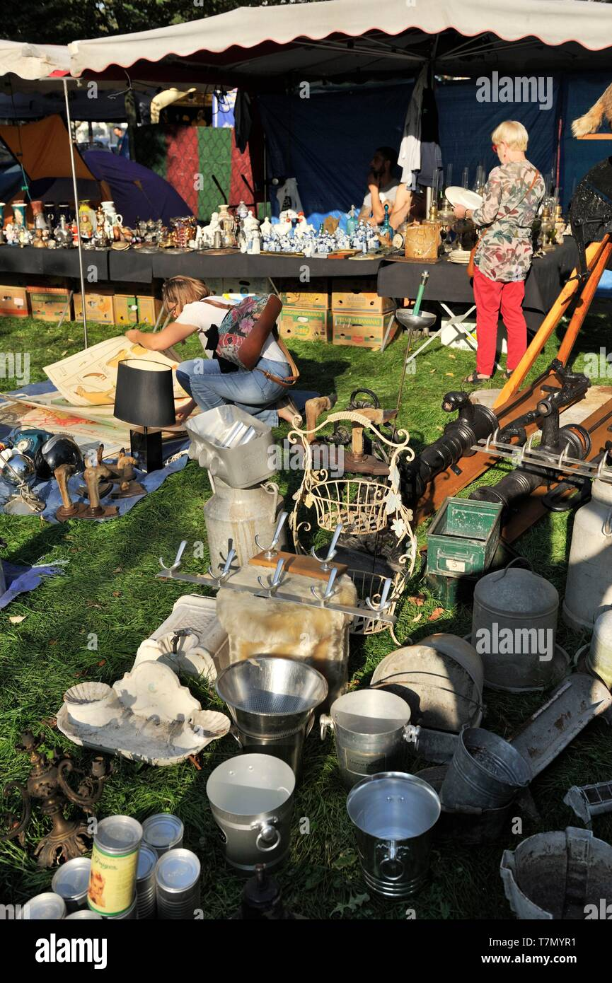 France, Nord, Lille, 2017 clearance sale, second-hand dealers along the esplanade, some champagne buckets on the ground - Stock Image