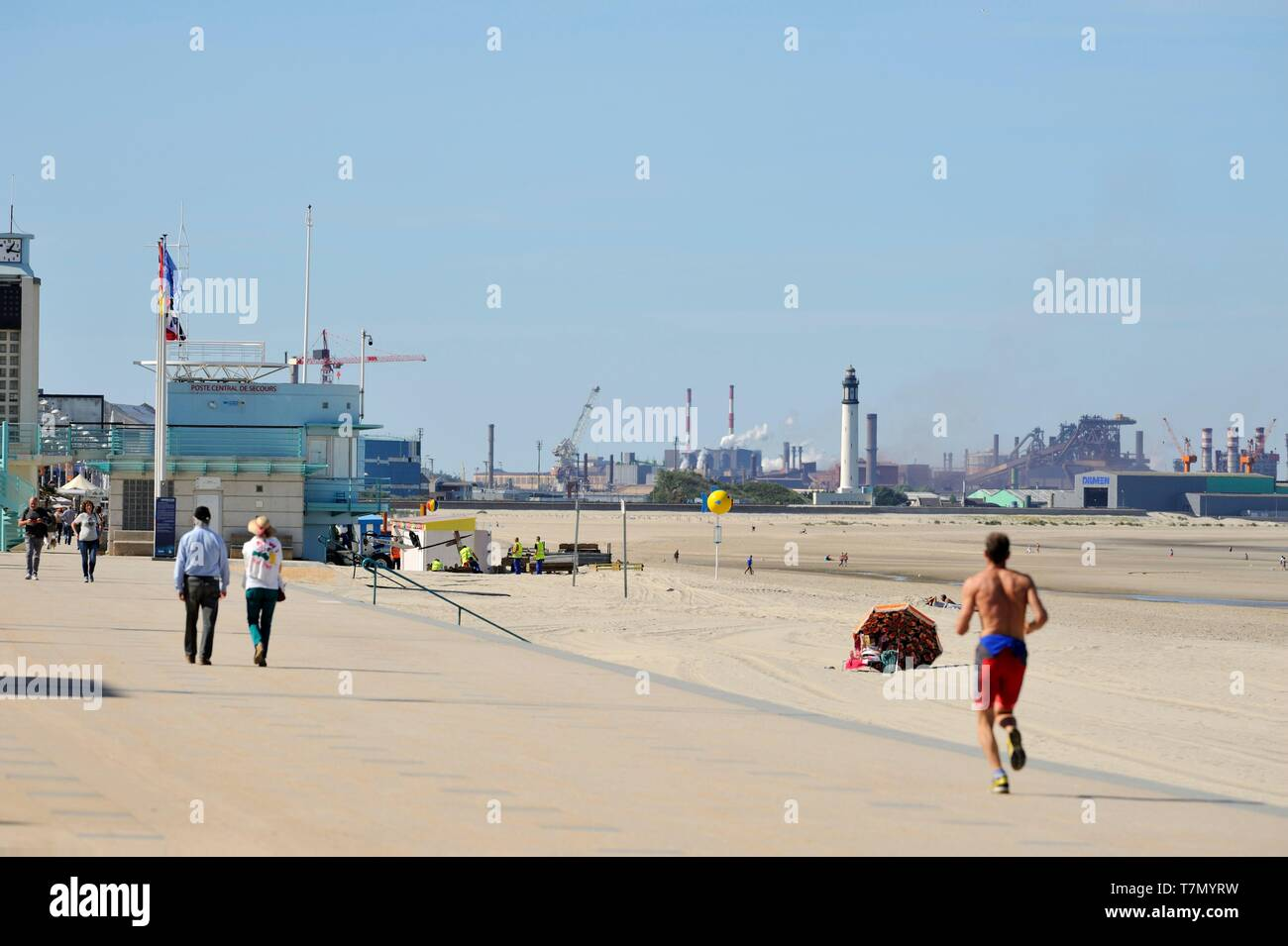 France, Nord, Dunkerque, Malo-les-Bains, Malo-les-Bains dyke and Dunkirk industrial area in the background Stock Photo