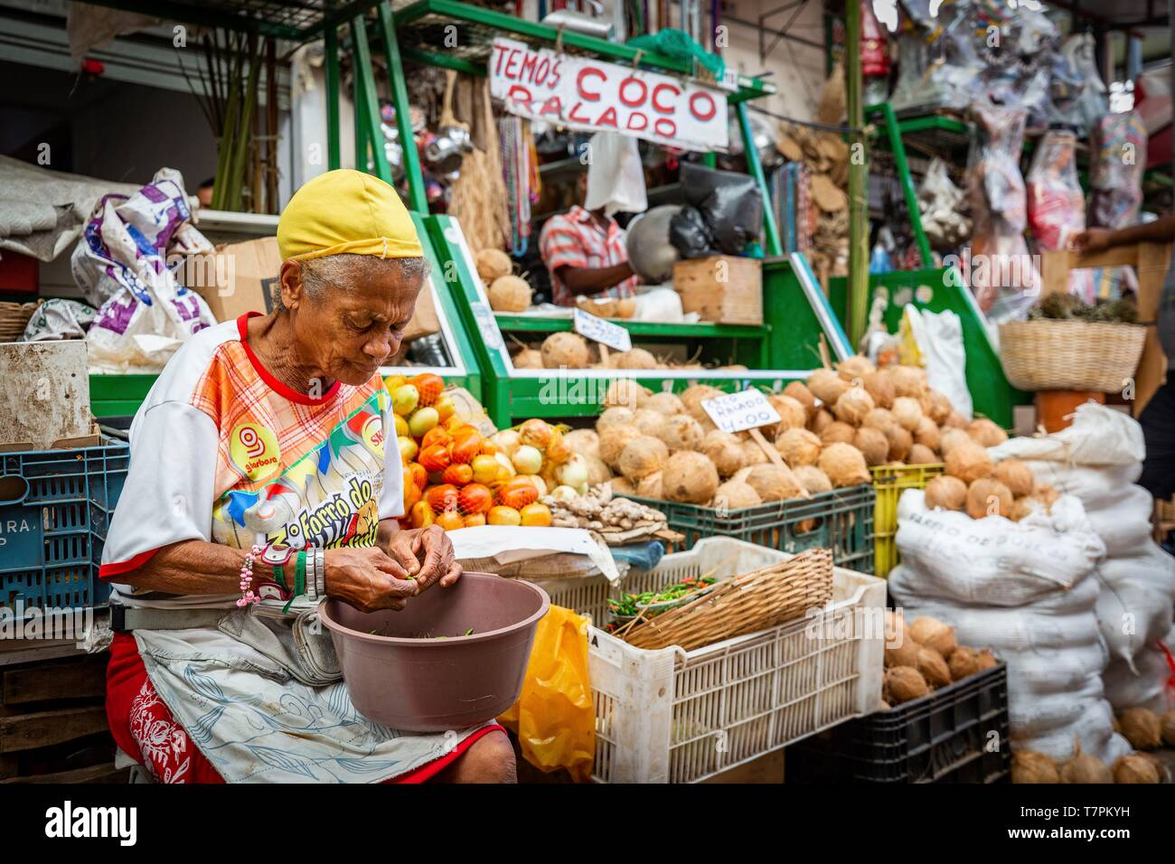 Brazil, Salvador de Bahia, Sao Joaquim Fair, in the district of the primeur a merchant sorts and strains her peppers birds - Stock Image