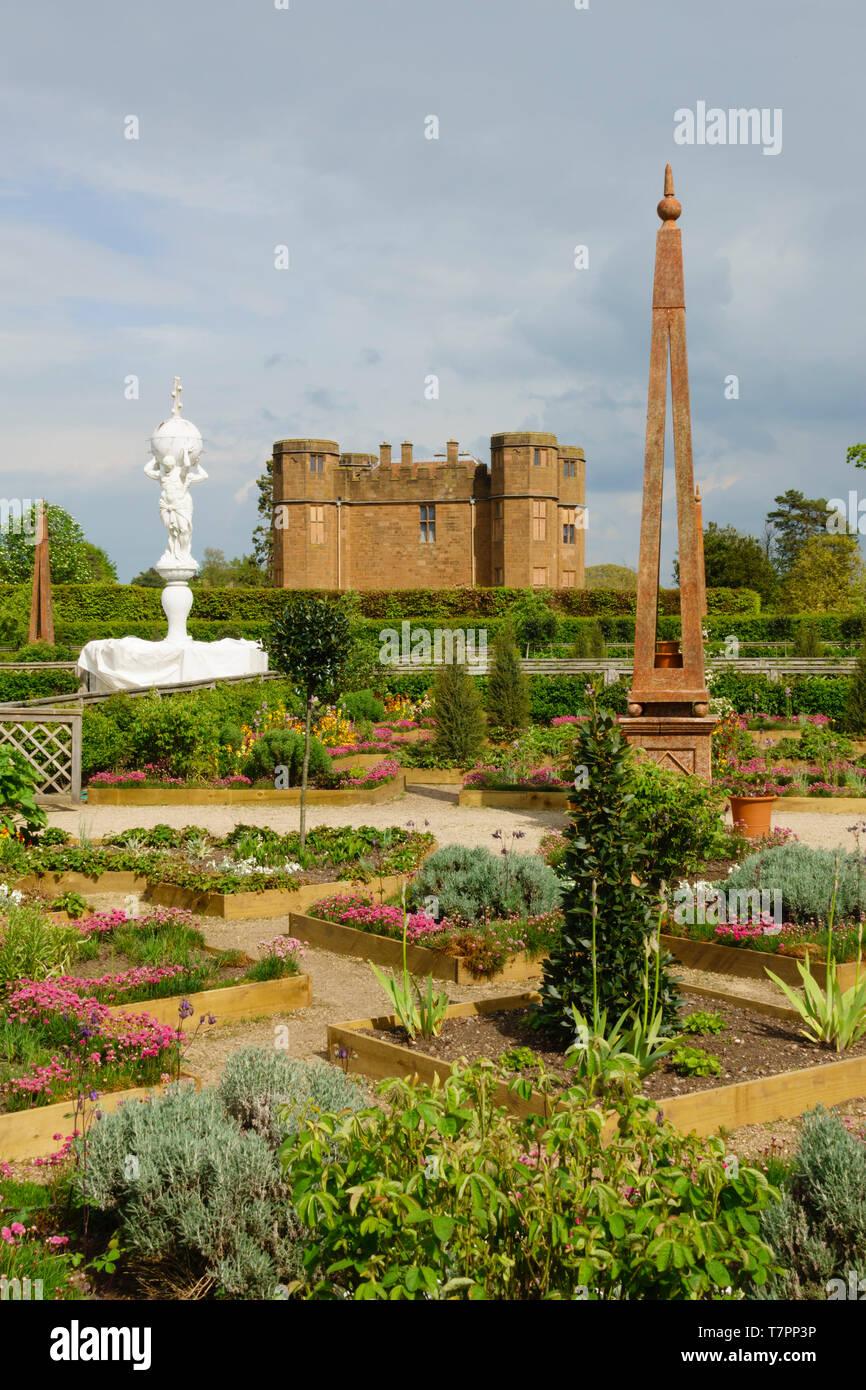 Elizabethan garden and Gatehouse, Kenilworth Castle, Warwickshire, England - Stock Image