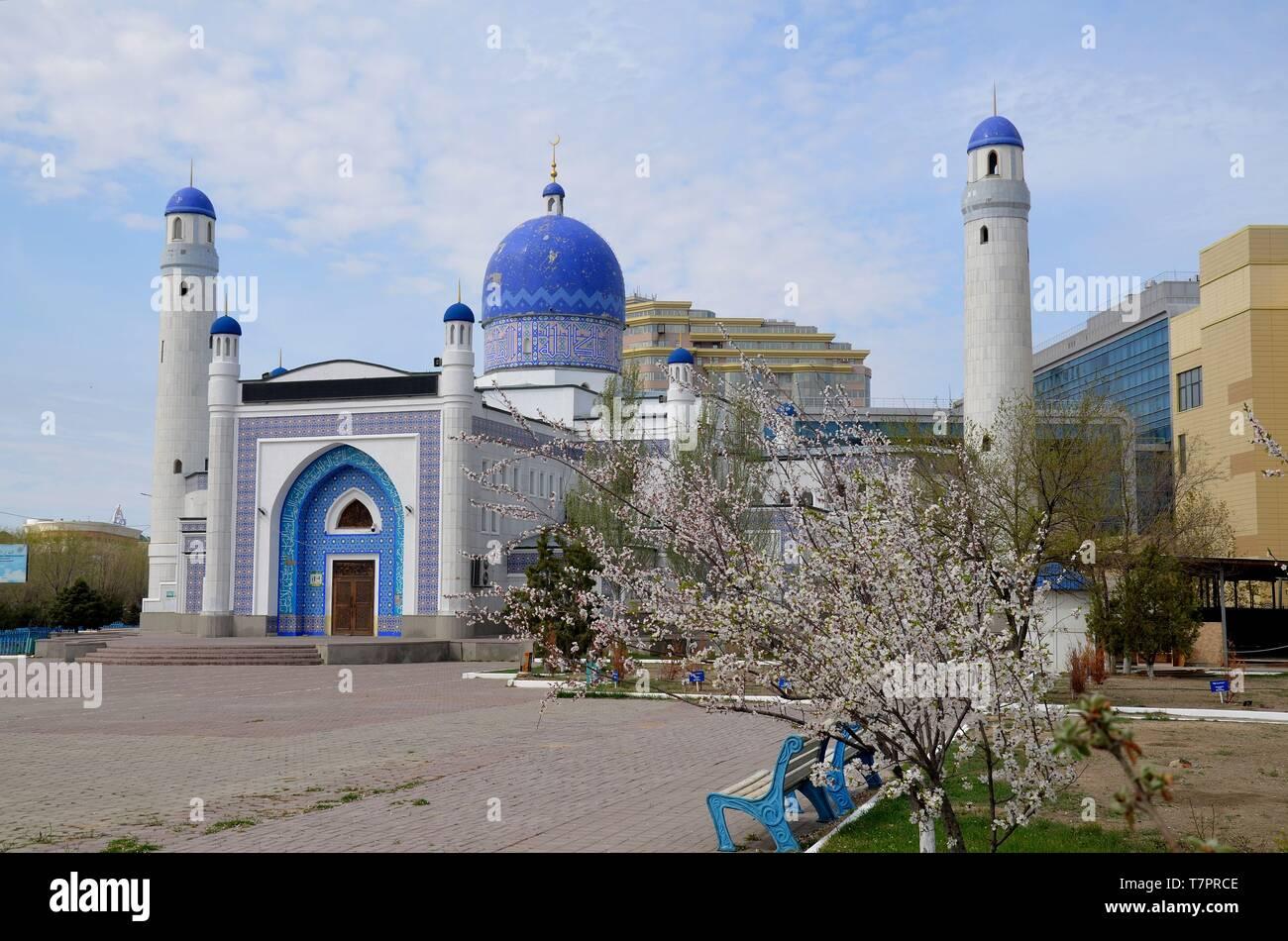 Atyrau in West-Kasachstan, eine Stadt am Ural zwischen Europa und Asien: die zentrale Moschee - Stock Image