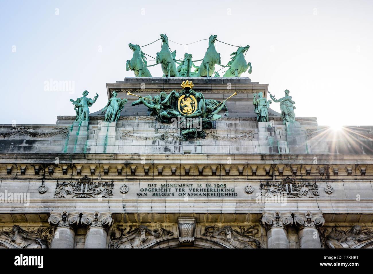 Close-up view of the quadriga atop the arcade du Cinquantenaire, the triumphal arch in the Cinquantenaire park in Brussels, Belgium, against the light - Stock Image