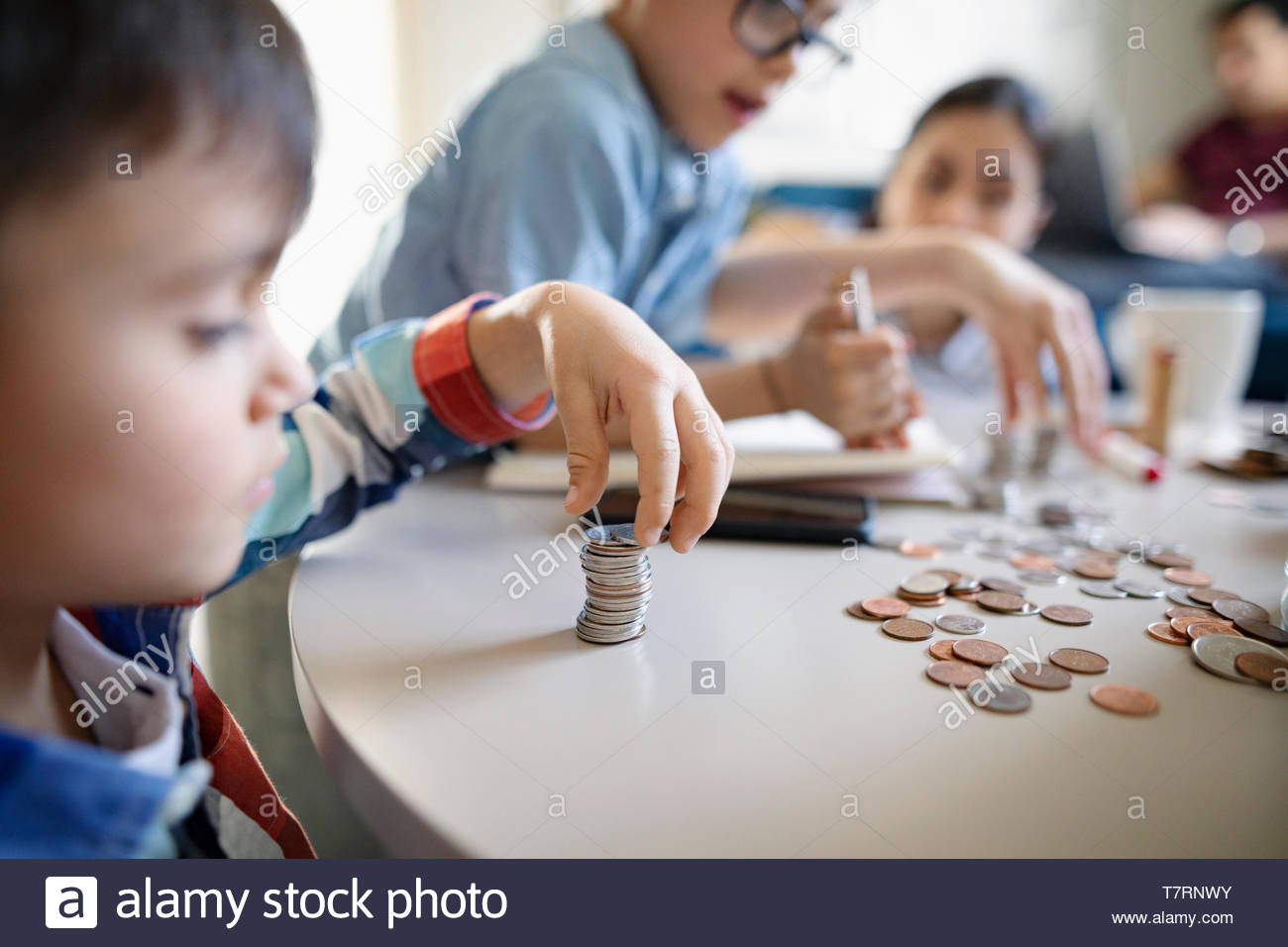Brothers and sister counting allowance money - Stock Image