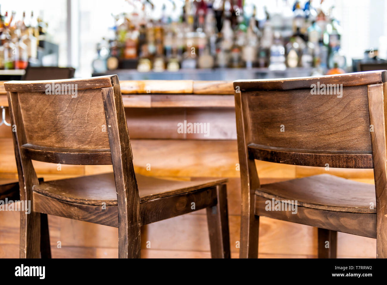 Stock Sgabelli Bar.Empty Wooden Vintage Bar Stools Counter Row In Drink