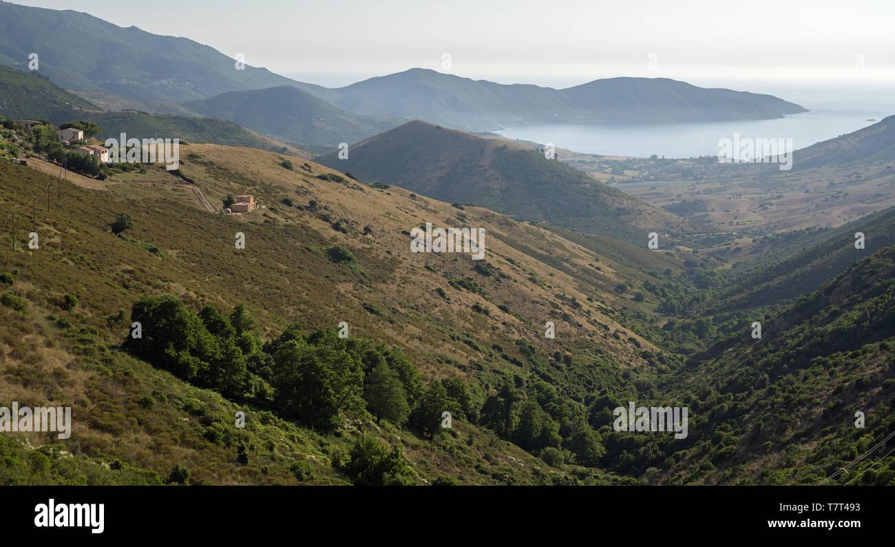 A valley descending to the bay. Ein Tal, das zur Bucht hinunterführt. Dolina schodząca do zatoki. - Stock Image