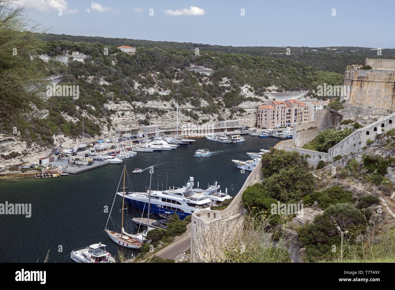 Yachts moored in a small bay. Yachten machten in einer kleinen Bucht fest. Jachty zacumowane w niewielkiej zatoce. - Stock Image