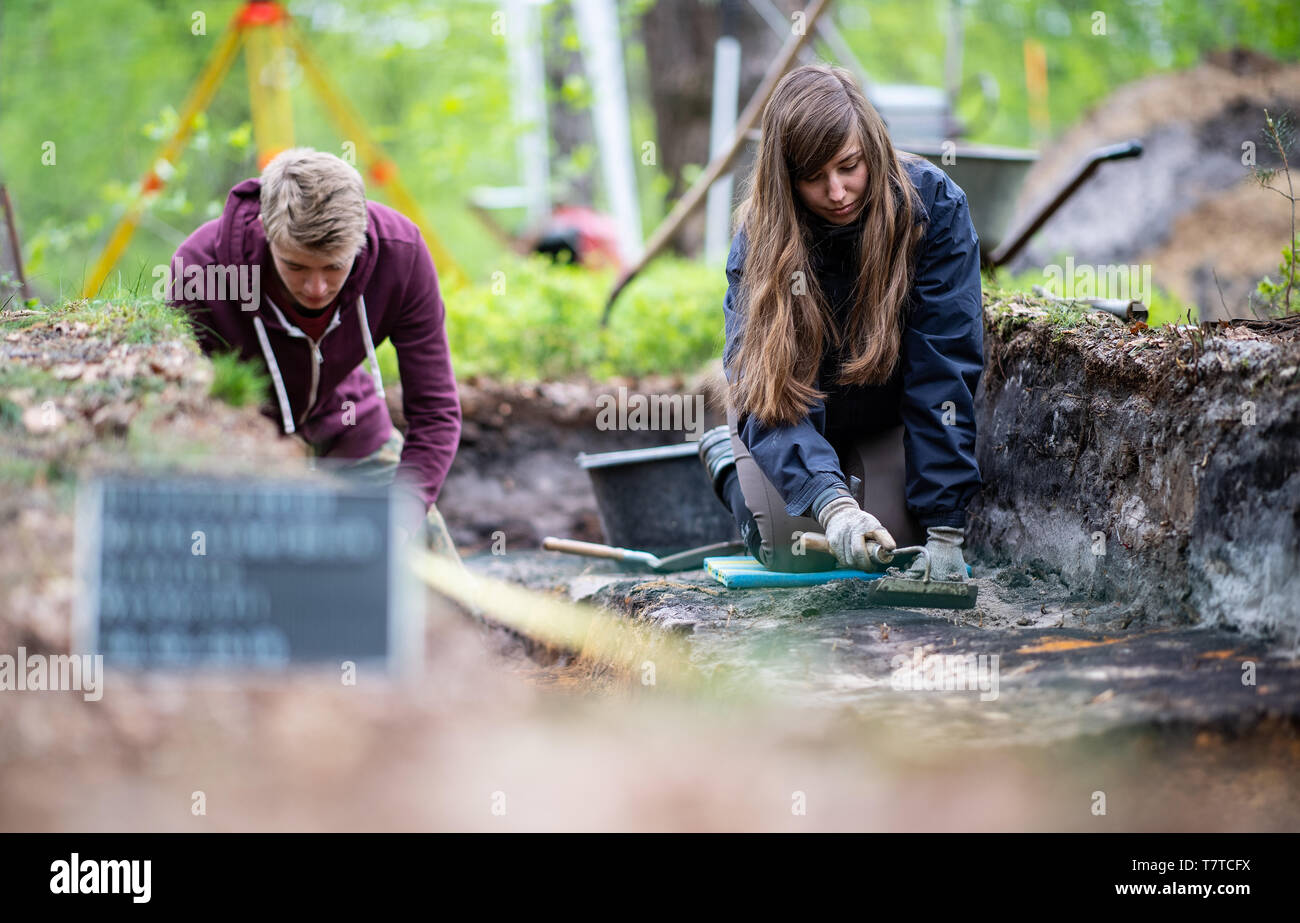 Bielefeld, Germany. 08th May, 2019. Aileen Nowack, a student of archaeology, and Nico Calmund, a trainee at the LWL in Münster, are digging in the excavated Roman marsh camp. Archaeologists of the Landschaftsverband Westfalen-Lippe (LWL) have uncovered the remains of a 2000 year old Roman marsh marsher in the district of Sennestadt. Credit: Guido Kirchner/dpa/Alamy Live News Stock Photo