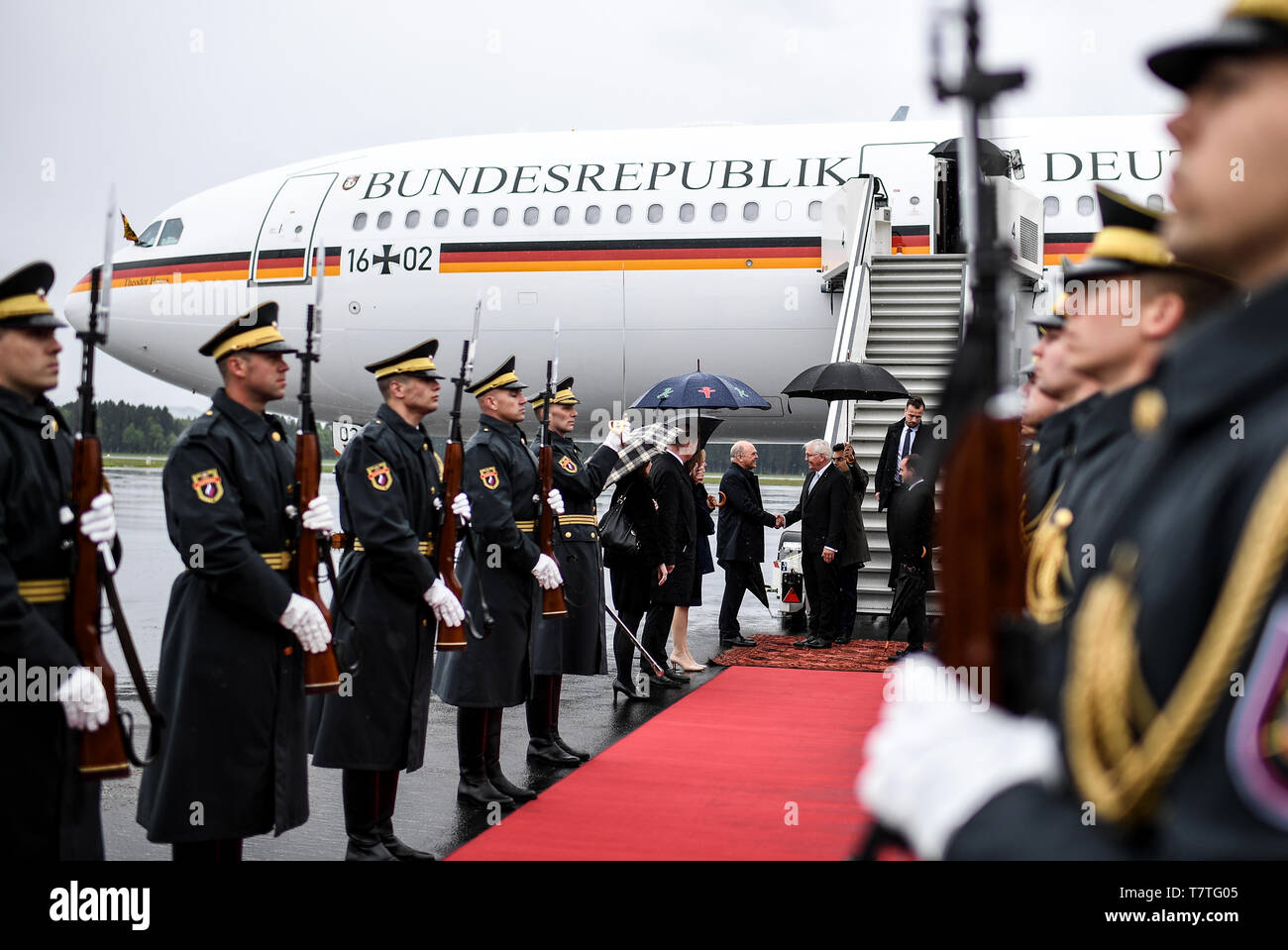 Laibach, Slovenia. 06th Apr, 2019. Federal President Frank-Walter Steinmeier is welcomed at the Jo·e-Puc·nik airport in Ljubljana by the German Ambassador to Slovenia, Klaus Riedel. The Federal President is on a two-day trip to Slovenia. Credit: Britta Pedersen/dpa-Zentralbild/dpa/Alamy Live News Stock Photo