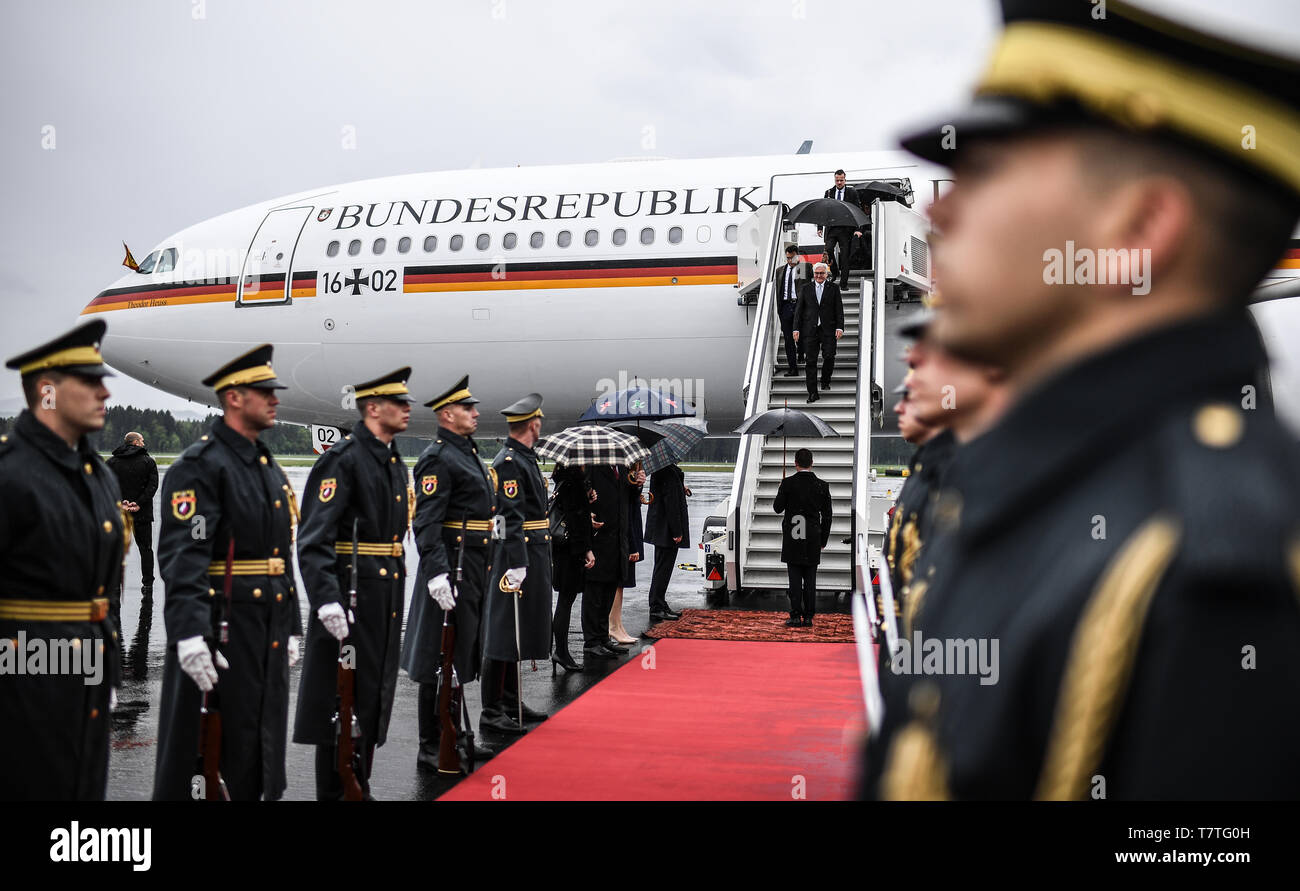 Laibach, Slovenia. 06th Apr, 2019. Federal President Frank-Walter Steinmeier is welcomed at the Jo·e-Puc·nik airport in Ljubljana. The Federal President is on a two-day trip to Slovenia. Credit: Britta Pedersen/dpa-Zentralbild/dpa/Alamy Live News Stock Photo