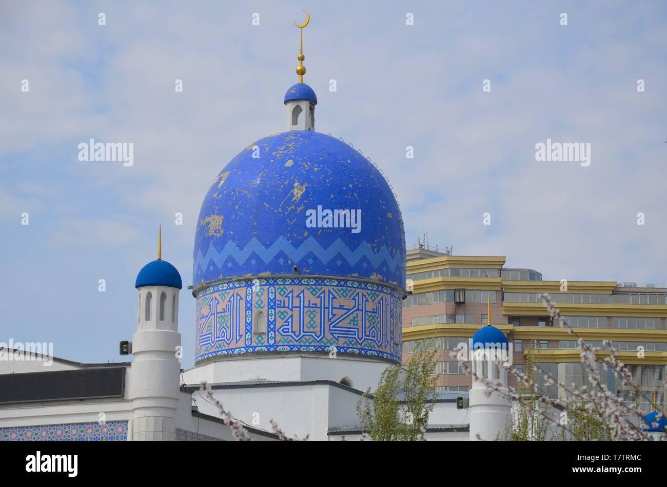 Die Stadt Atyrau in West-Kasachstan, am Ural, der Grenze zwischen Europa und Asien: die zentrale Moschee - Stock Image