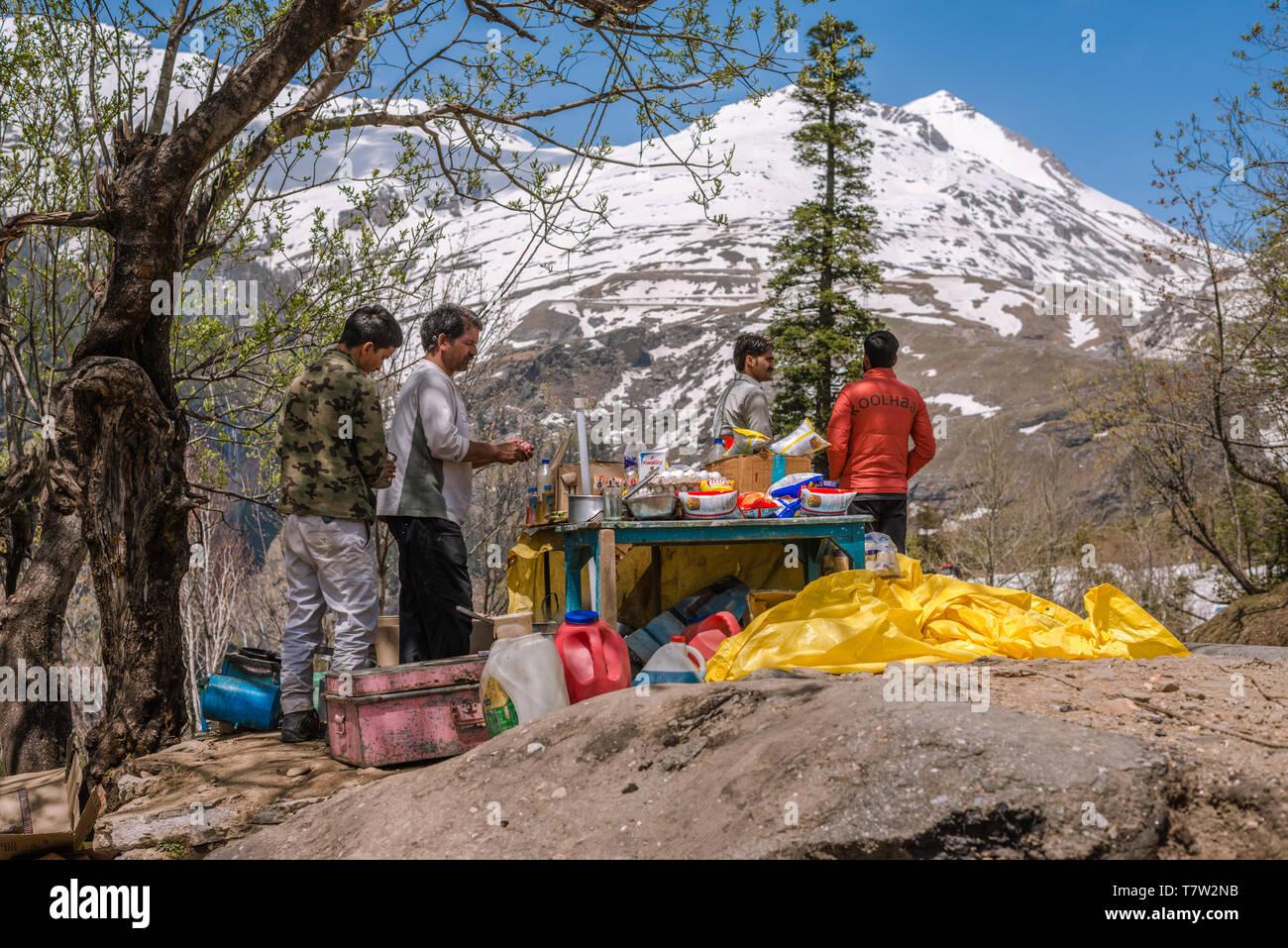 Manali, Himachal Pradesh, India - May 01, 2019 : Photo of local tea seller in himalayas near rohtang - Stock Image