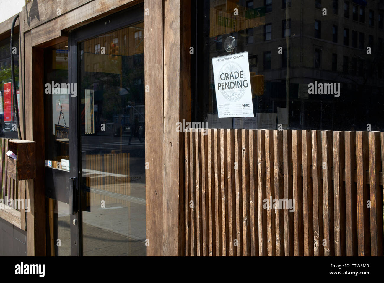 Health inspection Grade Pending sign displayed at a New York City restaurant entrance - Stock Image