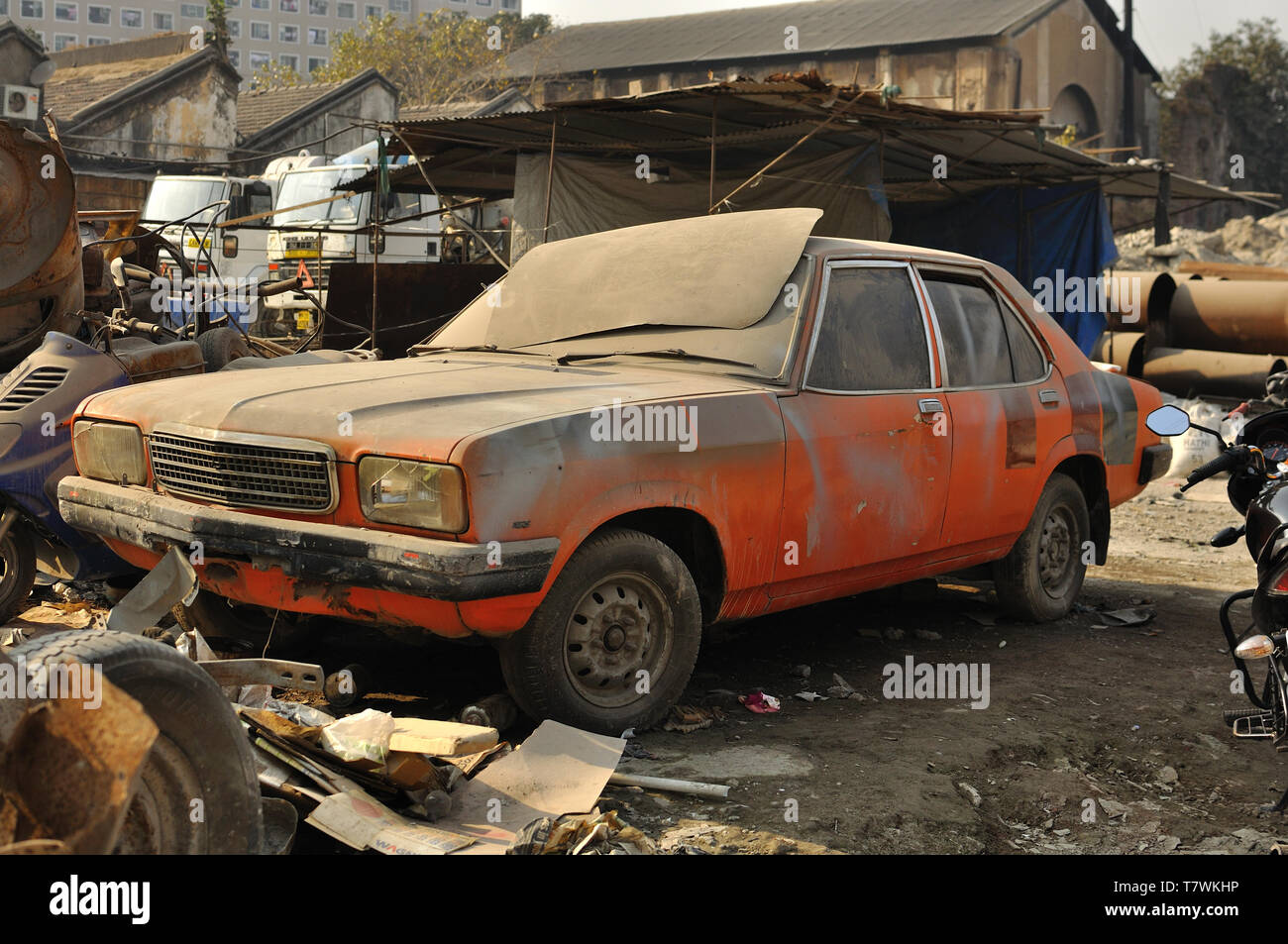 A disused Hindustan Contessa (Vauxhall VX) stands in a works yard in Mumbai, India - Stock Image