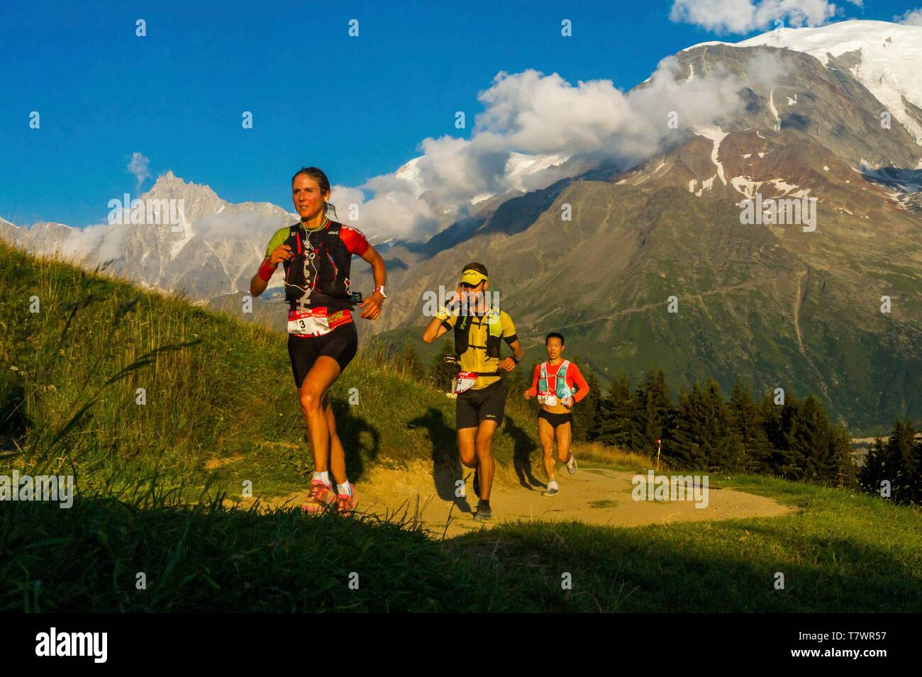 France, Haute-Savoie, St-Gervais-les-Bains, trail race of UTMB, crossing of the col de Voza, at the foot of the Aiguillel du Goûter and Aiguille du Midi on the left - Stock Image