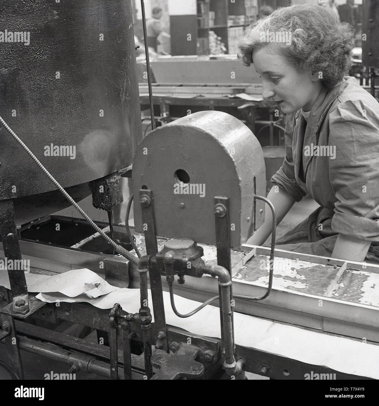 1950s, historical, a lady worker on the production line at the Ever Ready battery factory at Forest Road, Walthamstow, London, England, UK. Woman entered the industrial workforce in large numbers during the WW2 and many stayed on after the war ended. The factory specialised in the manufacture of dry batteries for radios.. By 1963 Ever Ready had 28 factories in the UK employing over 12,000 people. - Stock Image