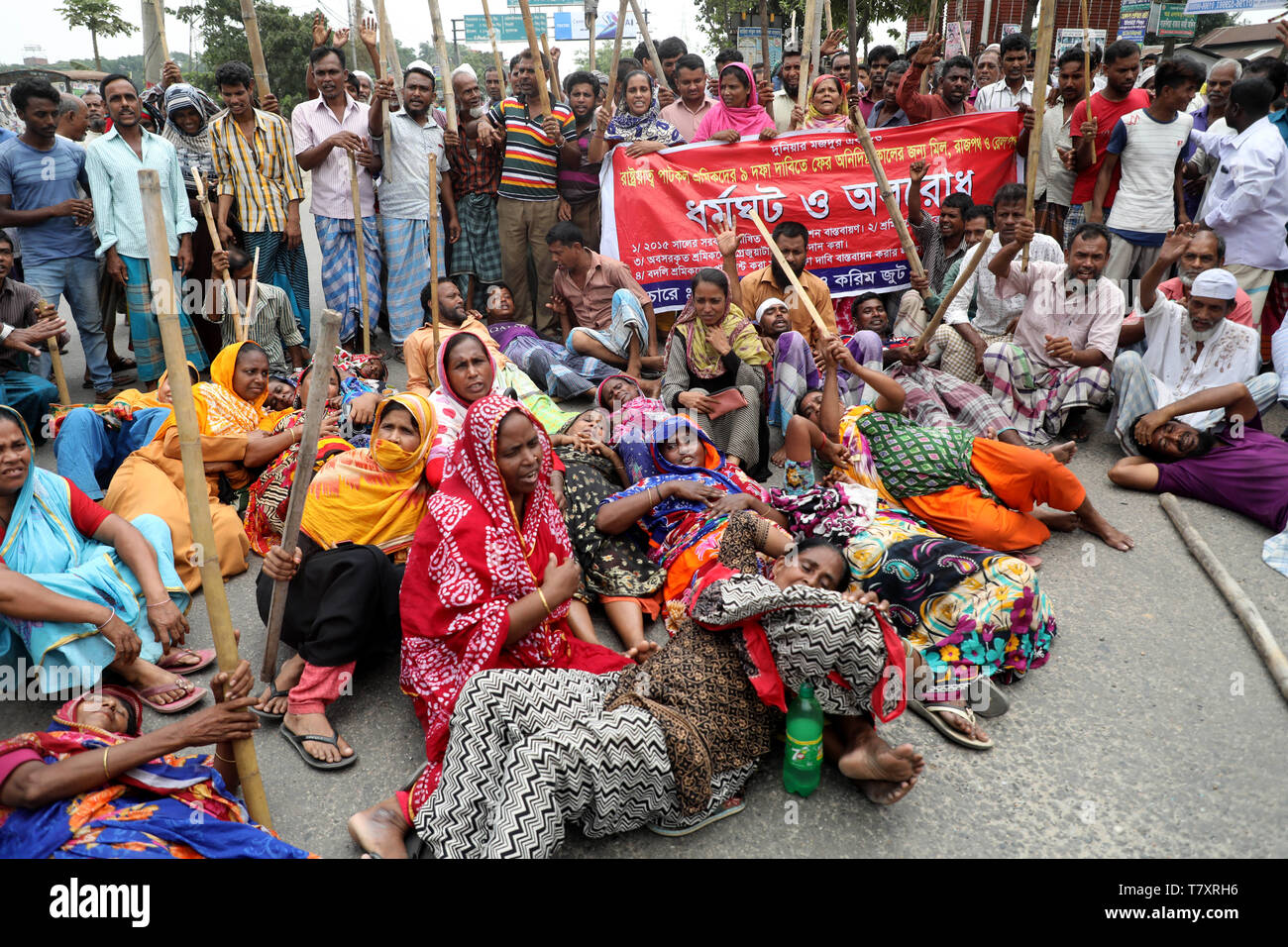 Dhaka, Bangladesh - May 08, 2019: Jute mill workers staged demonstrations stretching from Demra to Jatrabari in Dhaka, Bangladesh on May 08, 2019 to p Stock Photo