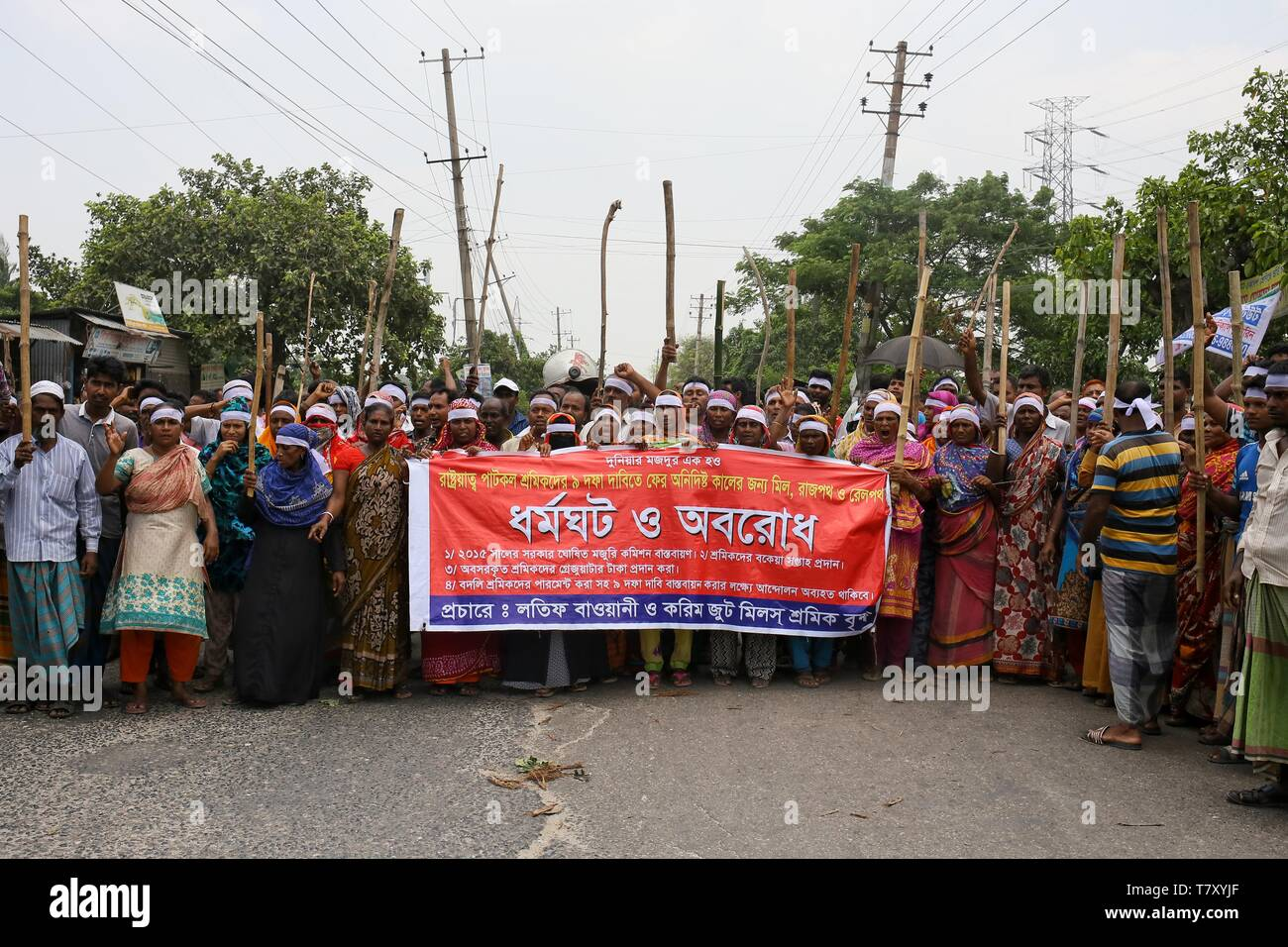 Dhaka, Bangladesh. 09th May, 2019. In Demra, workers blocked the Staff Quarter intersection, Demra-Rampura road and Demra-Narayanganj road, creating tailbacks. Hundreds of workers of Latif Bawany Jute Mills and Karim Jute Mills took position on the streets at 6:00am and their protest continued till 5:00pm. Some workers also set fire to tree logs and bamboo sticks on the road, witnesses said. Vehicles were seen taking alternative routes to avoid congestion. Credit: Md. Rakibul Hasan/Pacific Press/Alamy Live News - Stock Image