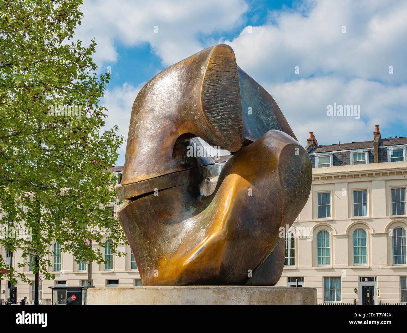 Locking Piece sculpture by Henry Moore 1963–4, cast c.1964–7. Bronze on concrete plinth. Riverside Walk Gardens, Millbank, London, UK. - Stock Image