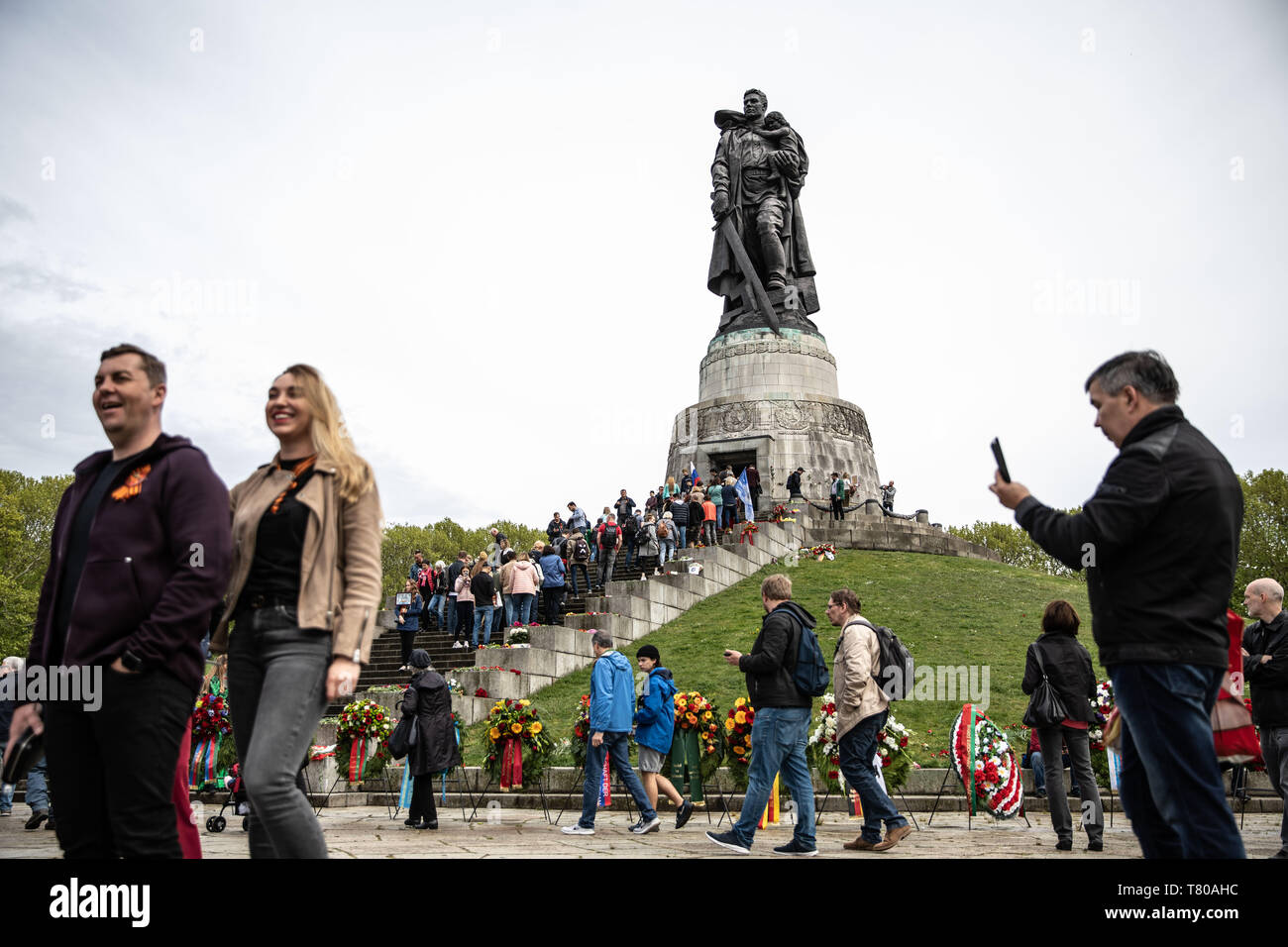 Berlin, Germany. 9th May, 2019. People commemorate Victory Day at the Soviet War Memorial in Treptower Park in Berlin, on May 9, 2019 .Victory Day or VE-Day (Victory in Europe) is commemorated on May 9 in Russia other former Soviet Union countries. The day marks the unconditional surrender of the German Army, and with it the end of the European campaign of the Second World War. Credit: Omer Messinger/ZUMA Wire/Alamy Live News Stock Photo