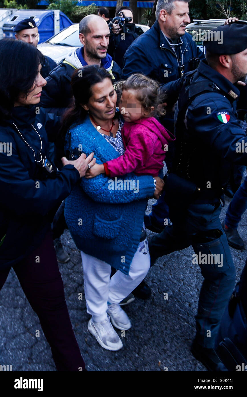 * NO DAILY * Rome, Casal Bruciato: the Roma family leaves the building under guard to go to the hearing in the Vatican - Stock Image