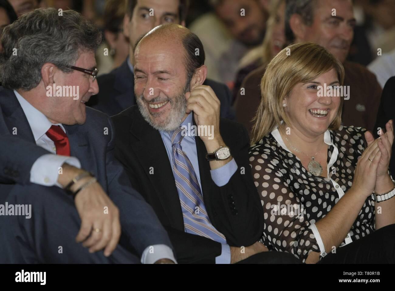 El ministro del Interior y diputado del PSOE por la provincia de Cádiz, Alfredo Pérez Rubalcaba, protagonizó anoche en Sanlúcar el acto de apertura de la campaña socialista 'Nuevas Energías', cuyo objetivo es 'informar a la población acerca de las medidas económicas y sociales puestas en marcha por el Gobierno central y la Junta de Andalucía para combatir la crisis'.  Rubalcaba manifestó que esta campaña no viene motivada porque 'los socialistas nos sintamos presionados por la derecha', sino porque 'les hemos pedido un esfuerzo a los españoles en estos momentos de gran dificultad que debemos e - Stock Image