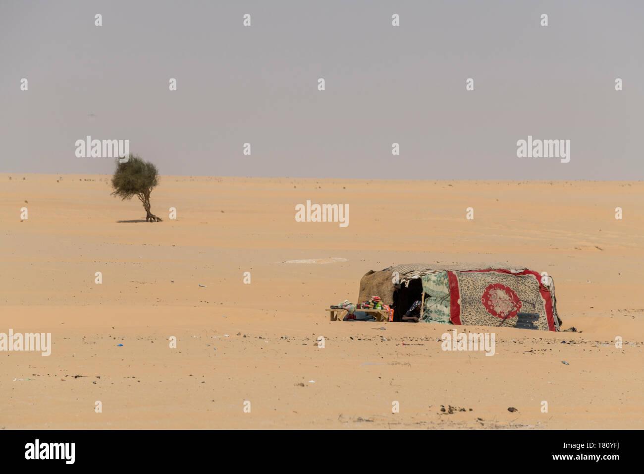 Bedouin tent in the desert between Faya-Largeau and N'Djamena, Chad, Africa - Stock Image