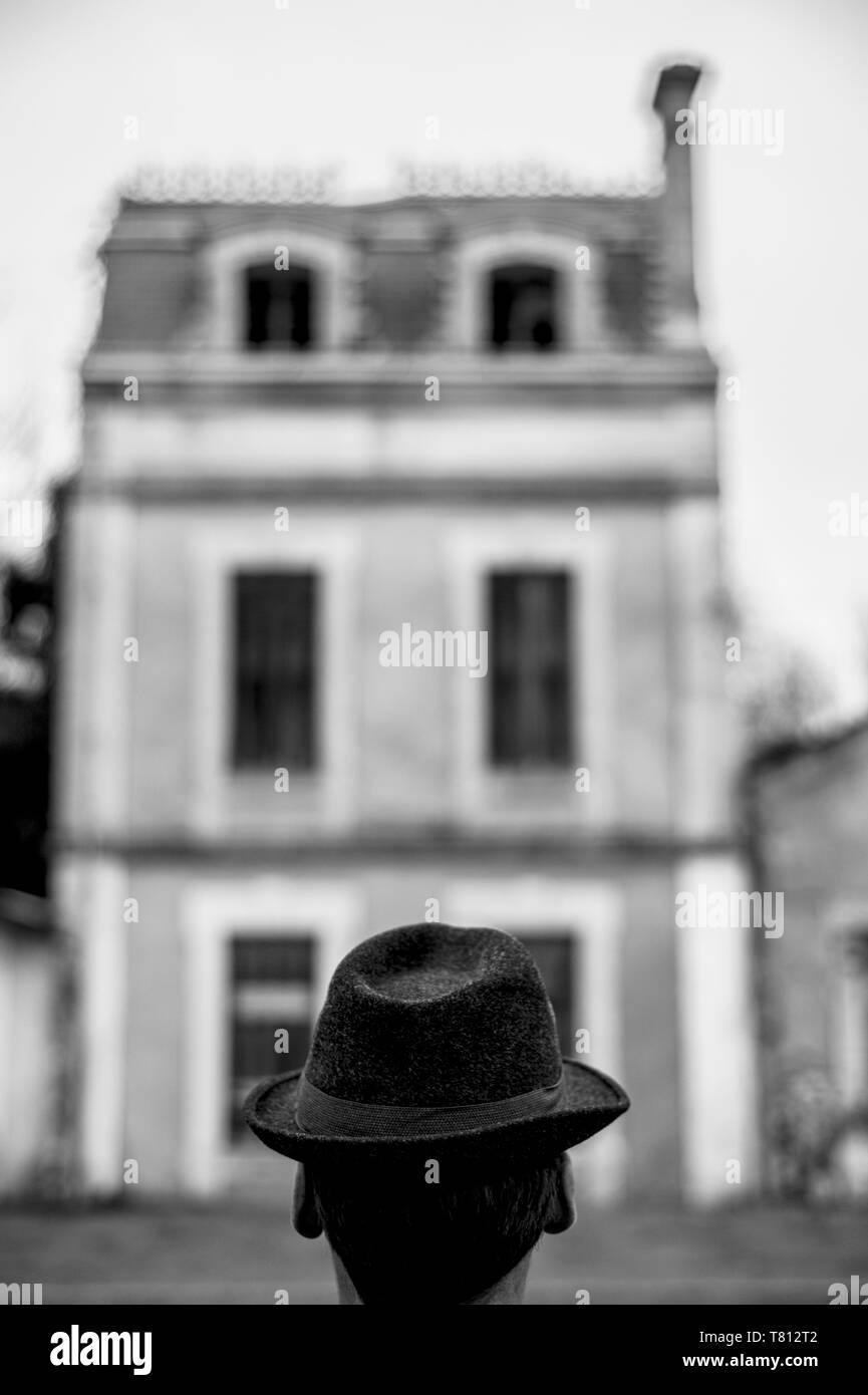 MASK - MASKED MAN - ANONYMOUS - BRAIN WASH - UNKNOWN MAN - OBLIVION - BLACK AND WHITE PHOTOGRAPHY © NOD-PHOTOS - Stock Image